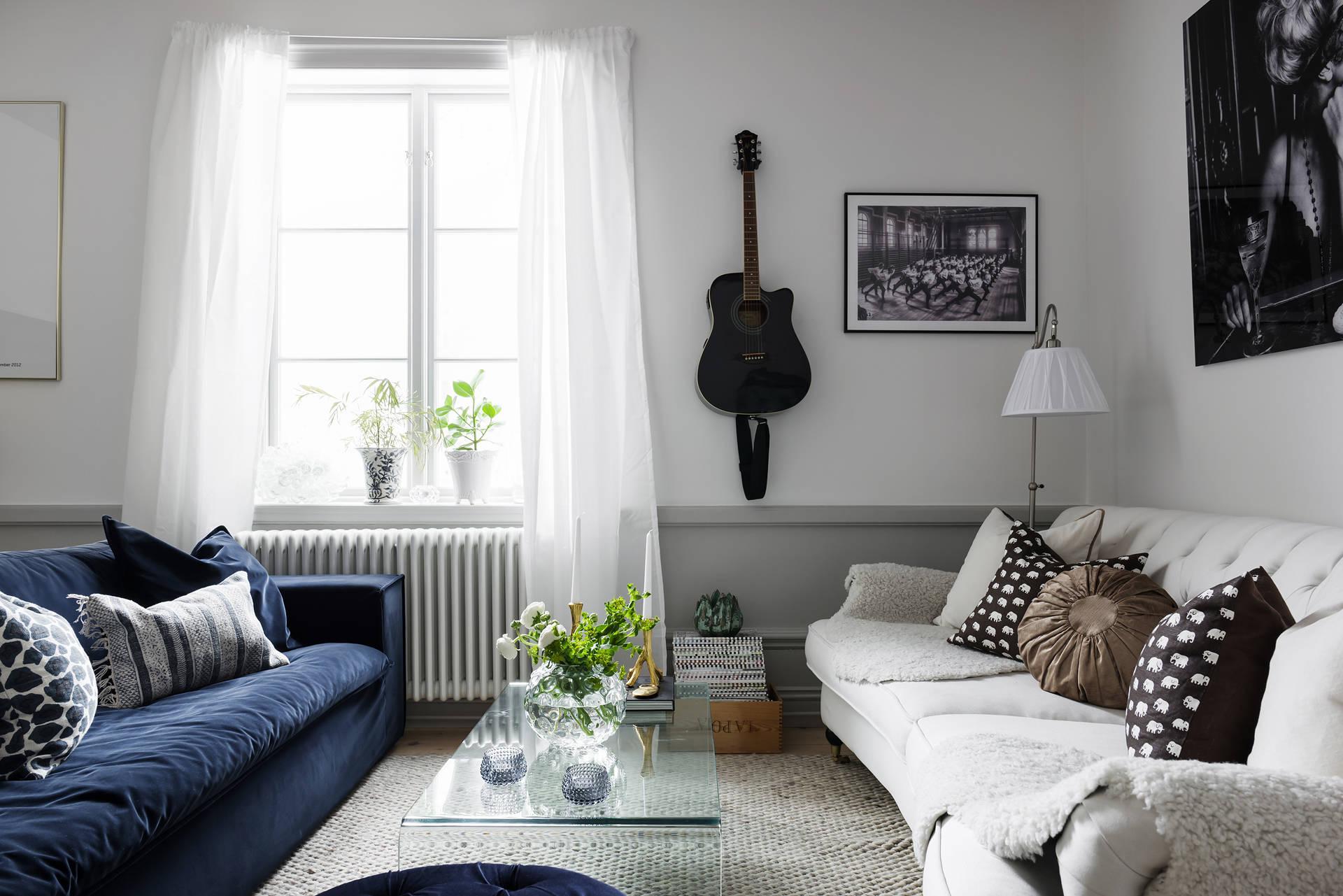 окно гитара диваны столик высокий плинтус