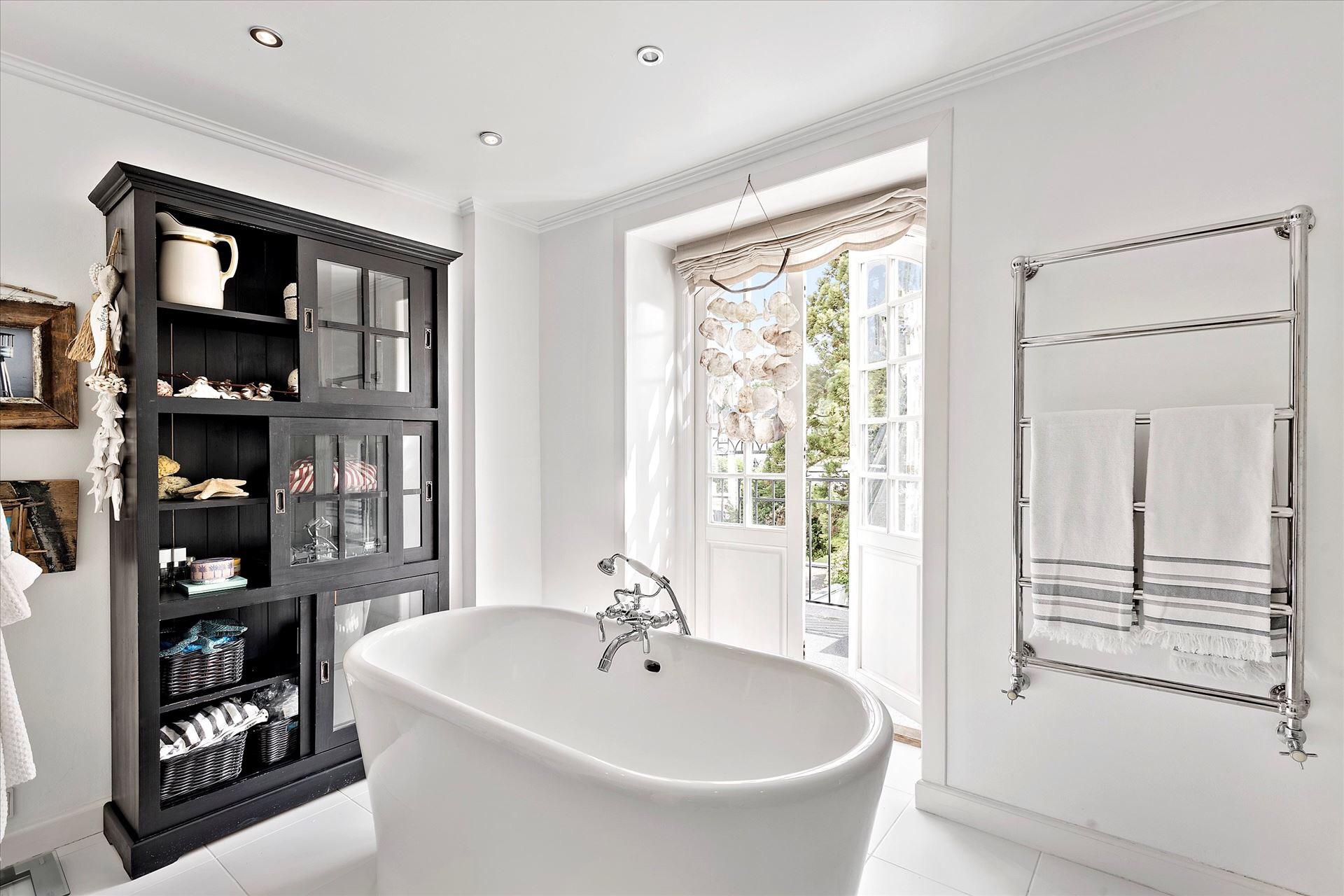 ванна шкаф-витрина