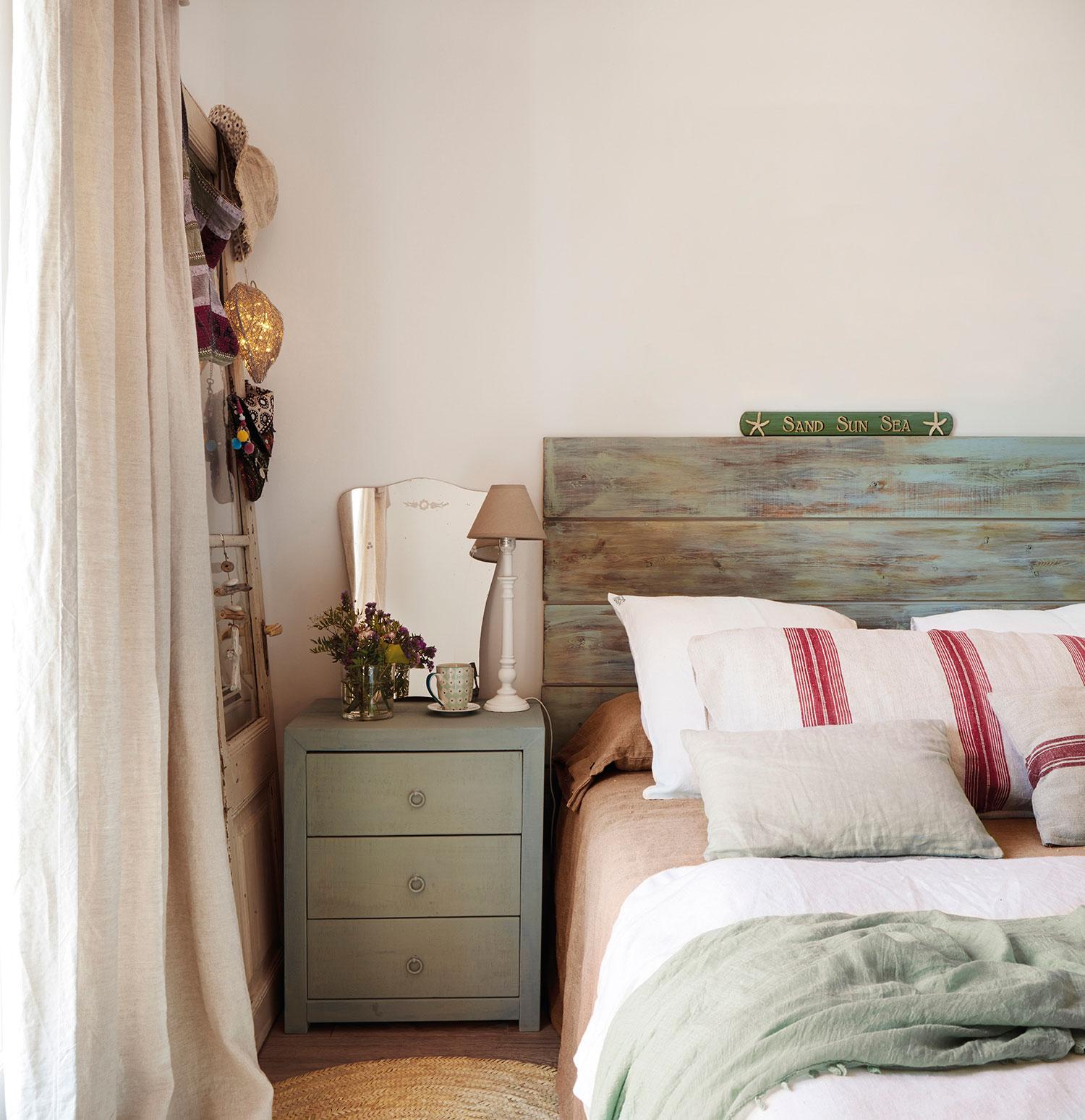 кровать изголовье прикроватный комод подушки