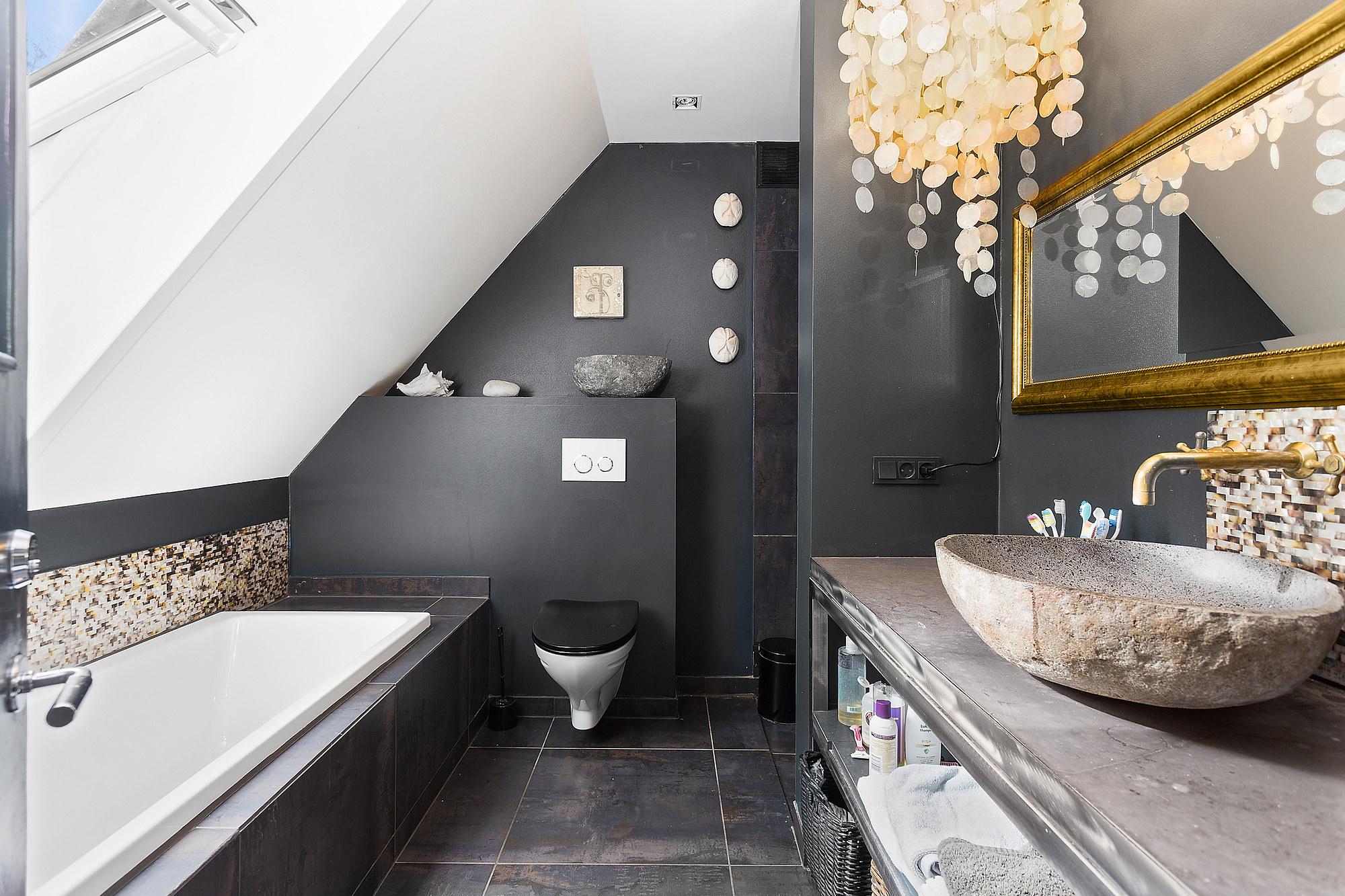 черные стены ванная комната раковина зеркало