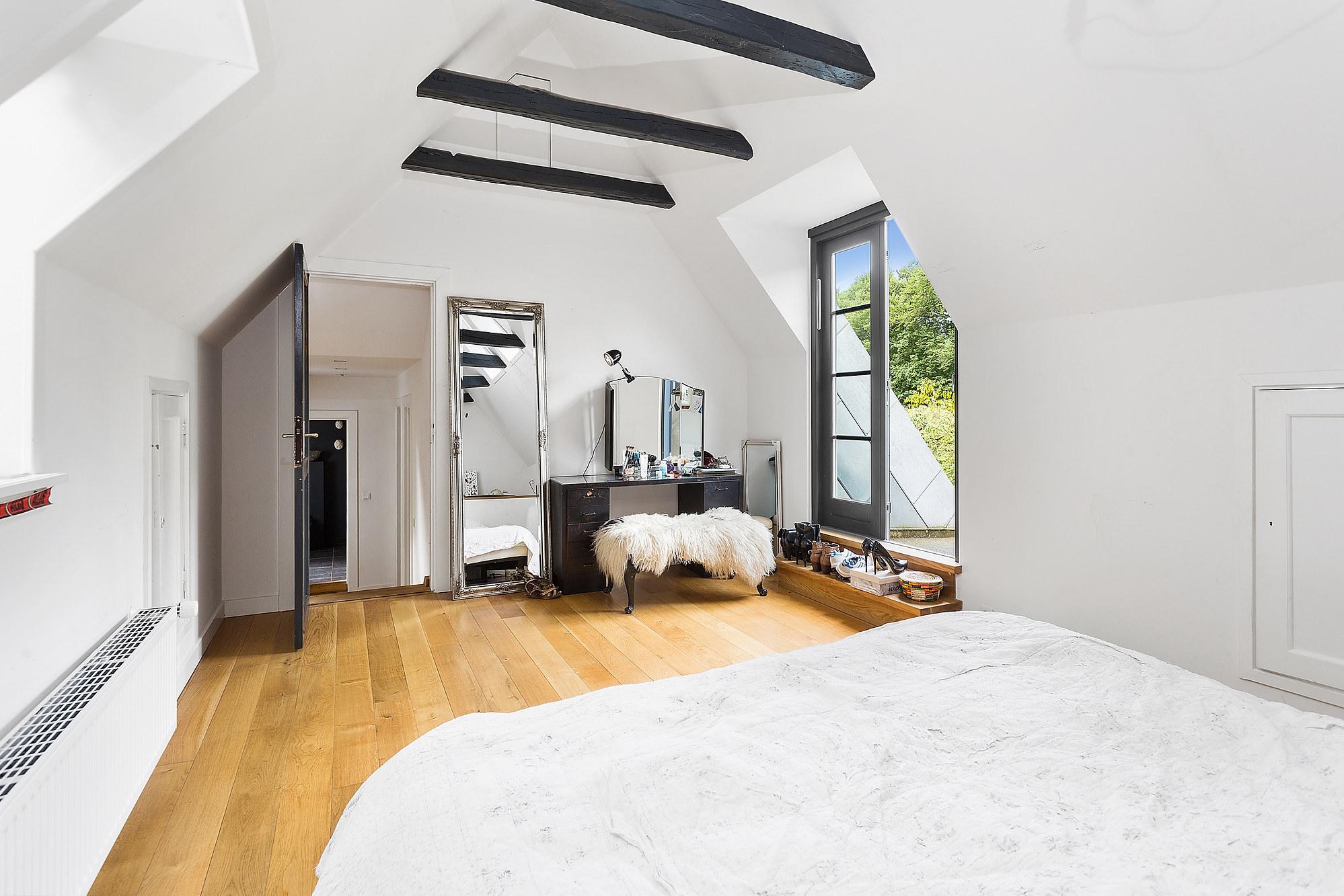 спальня мансарда балки