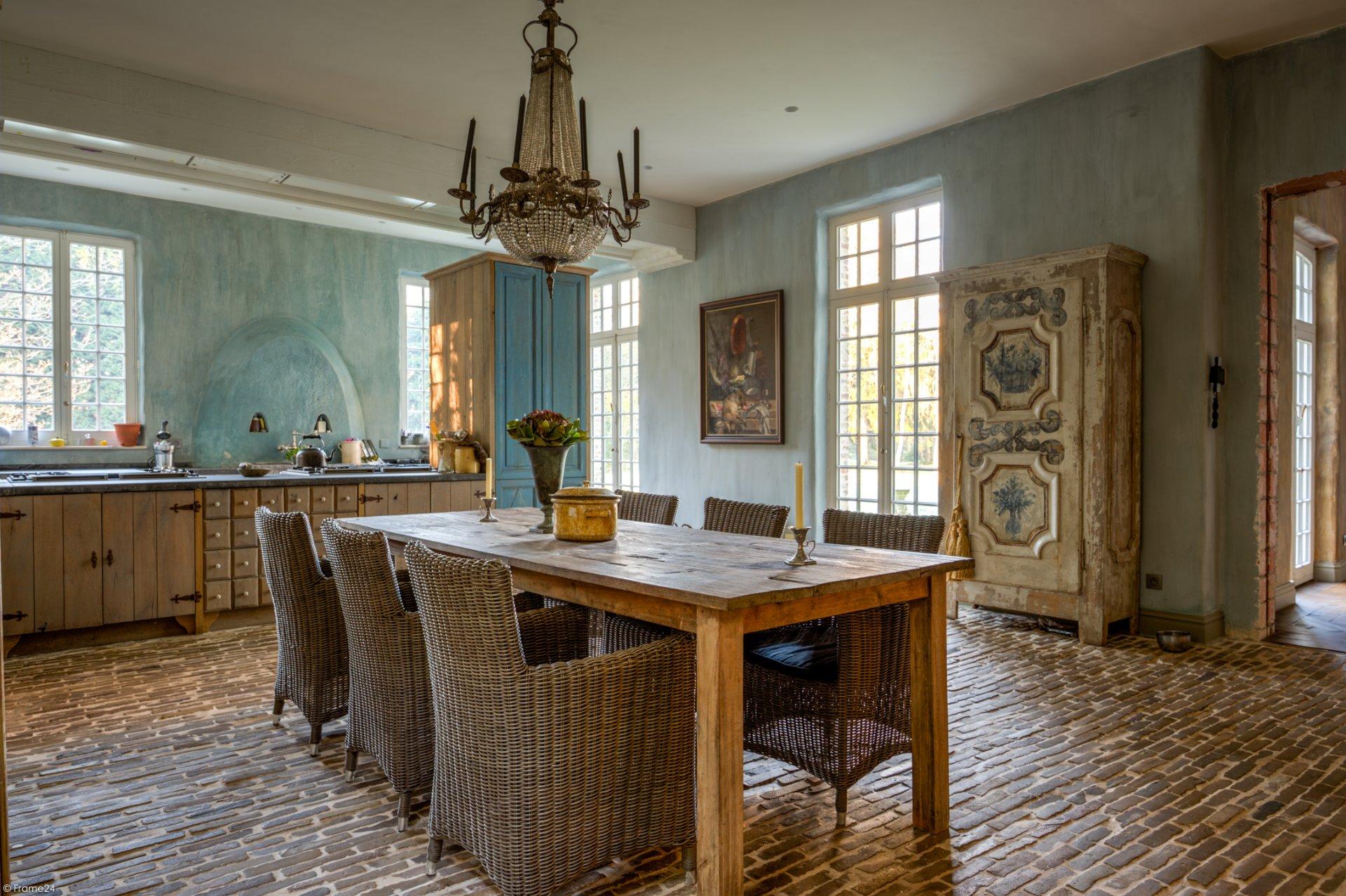 кухня столовая стол люстра кресла