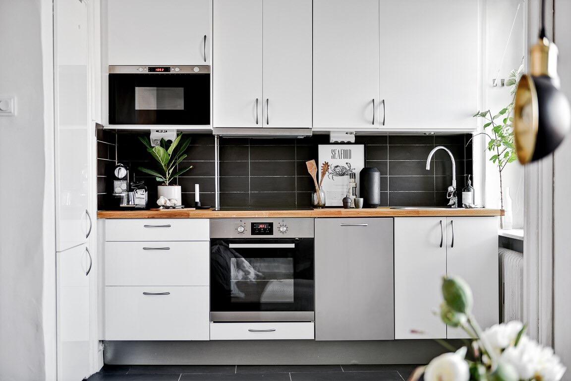 белая кухня чёрная плитка столешница плита встроенная вытяжка