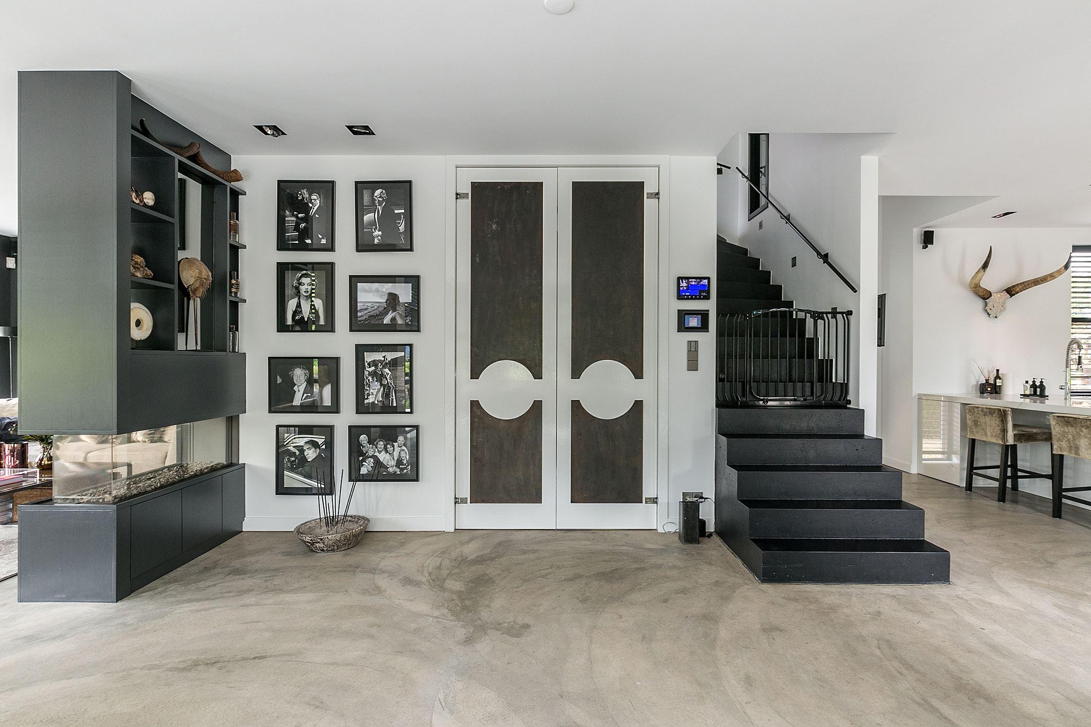 холл стена картины двери лестница