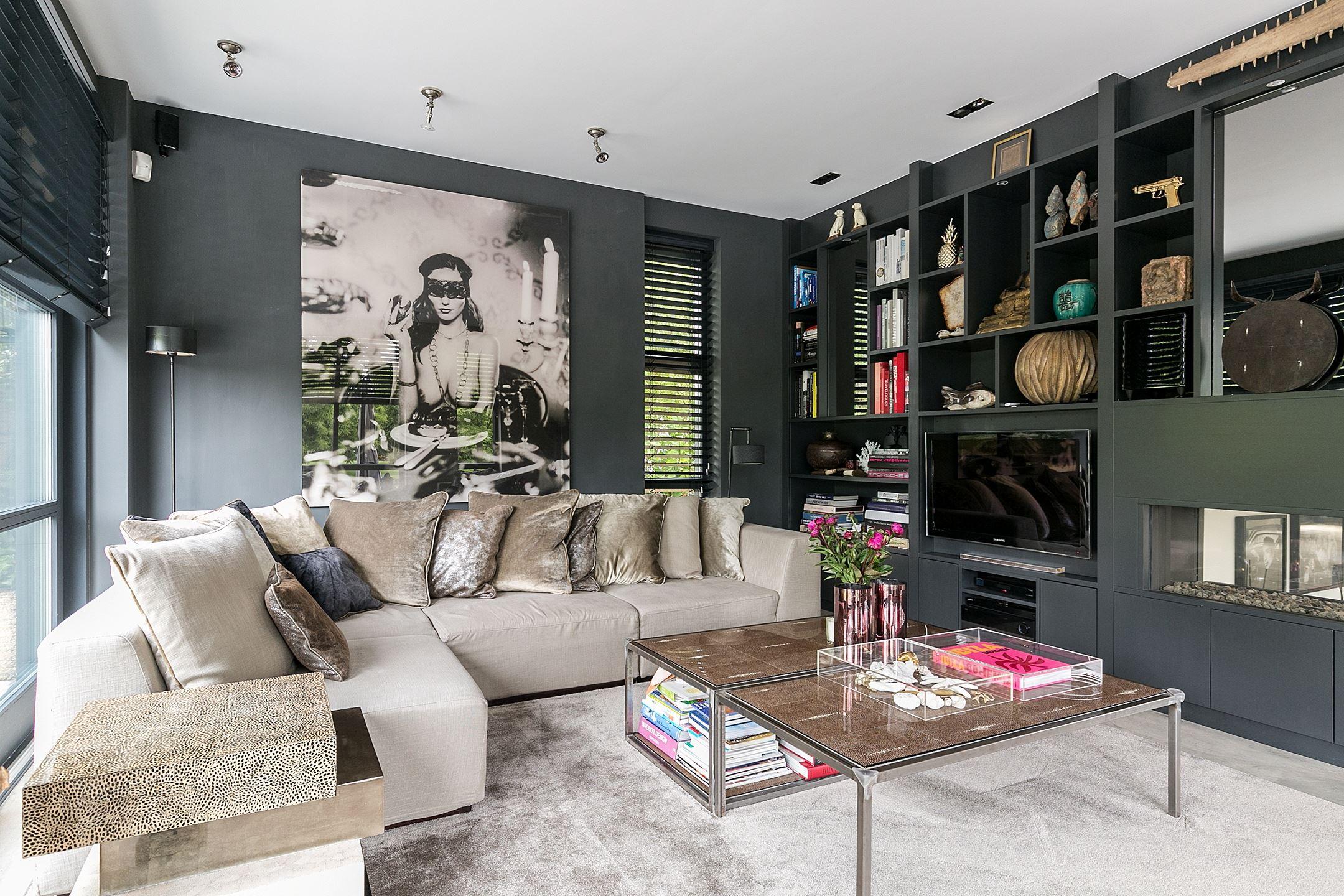 гостиная темные стены телевизор полки диван столик картина