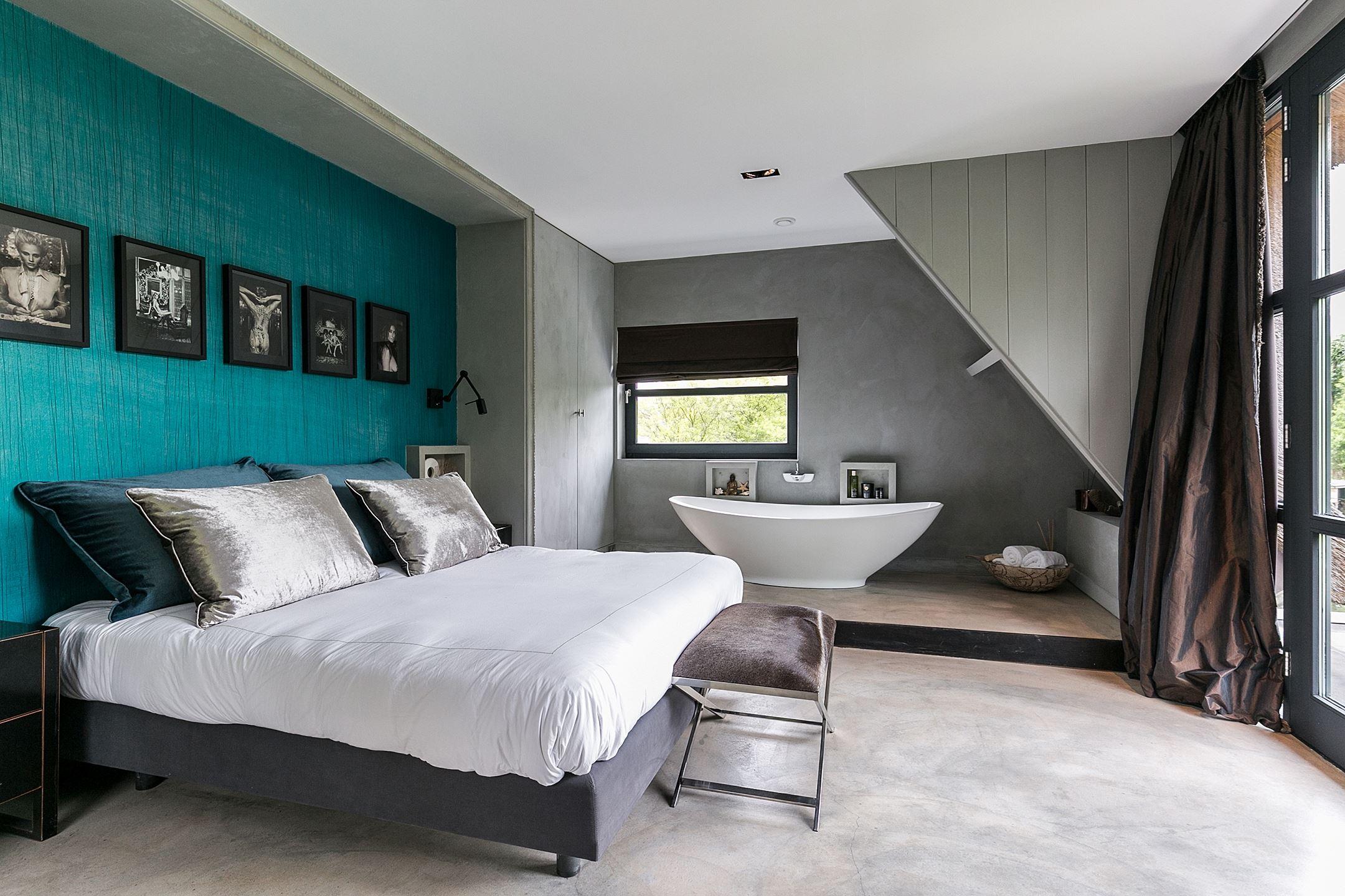 мансарда спальня кровать ванна