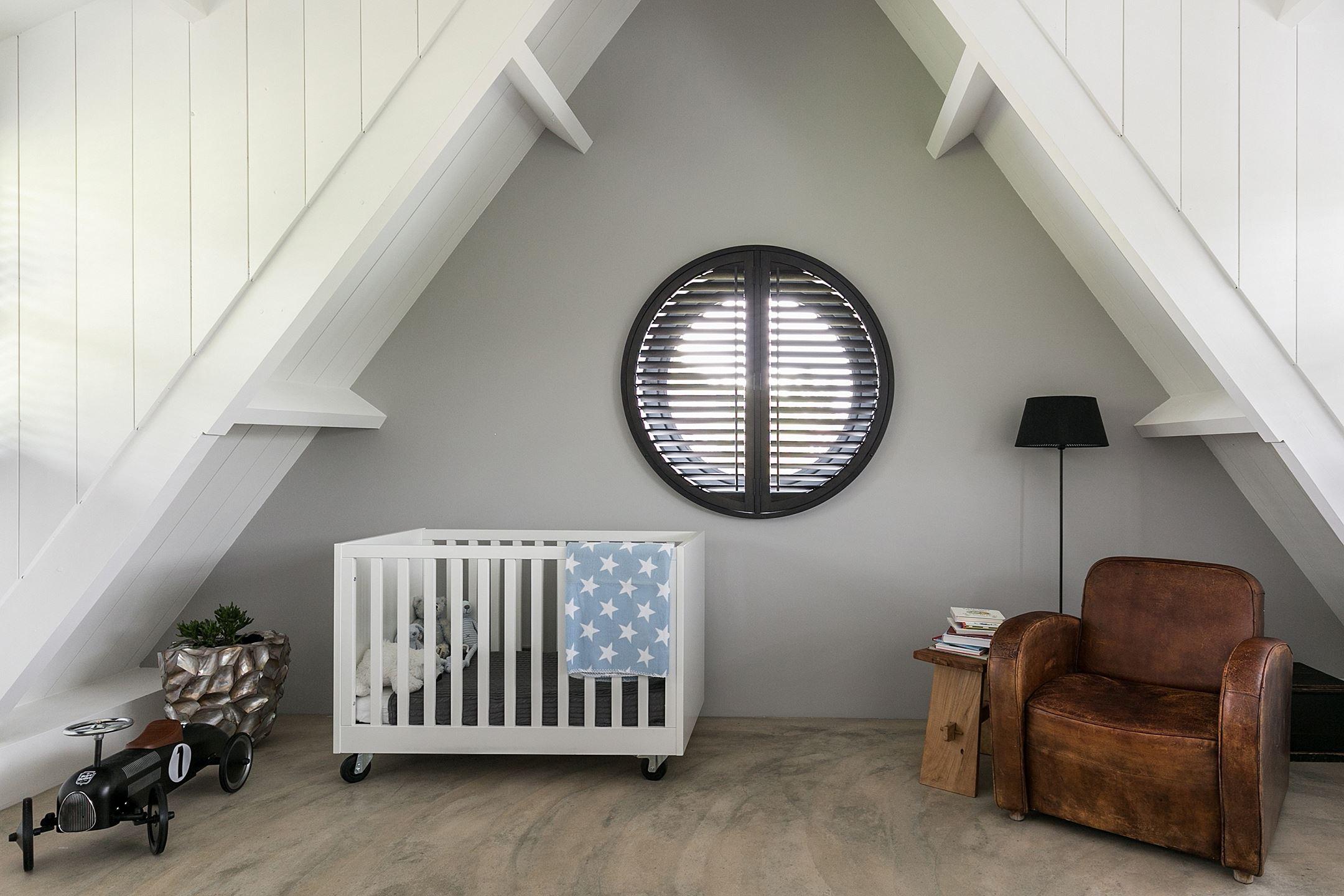 детская комната кровать круглое окно мансарда