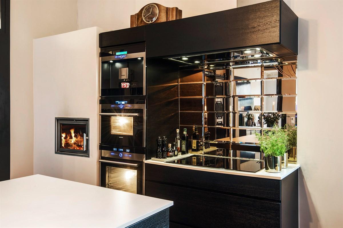 темная кухня плитка кабанчик встроенная техника