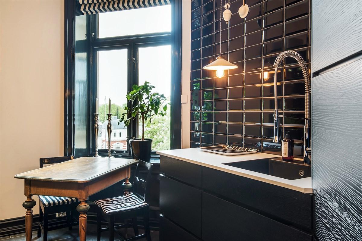 темные оконные рамы кухня мойка смеситель стол