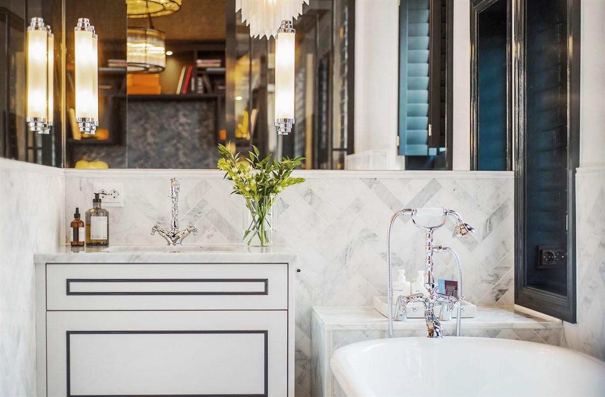 ванная комната раковина зеркало смеситель мрамор