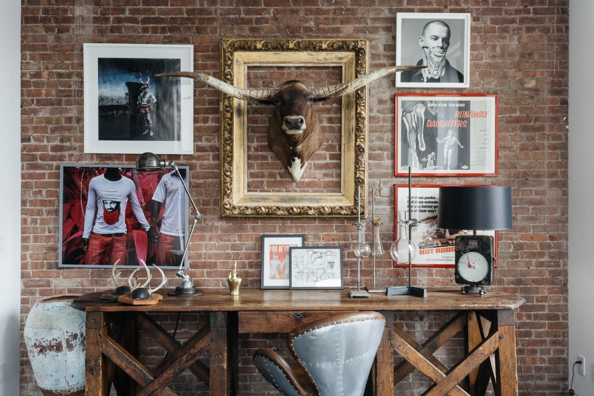 стена кирпич рога рамки картины консоль кресло
