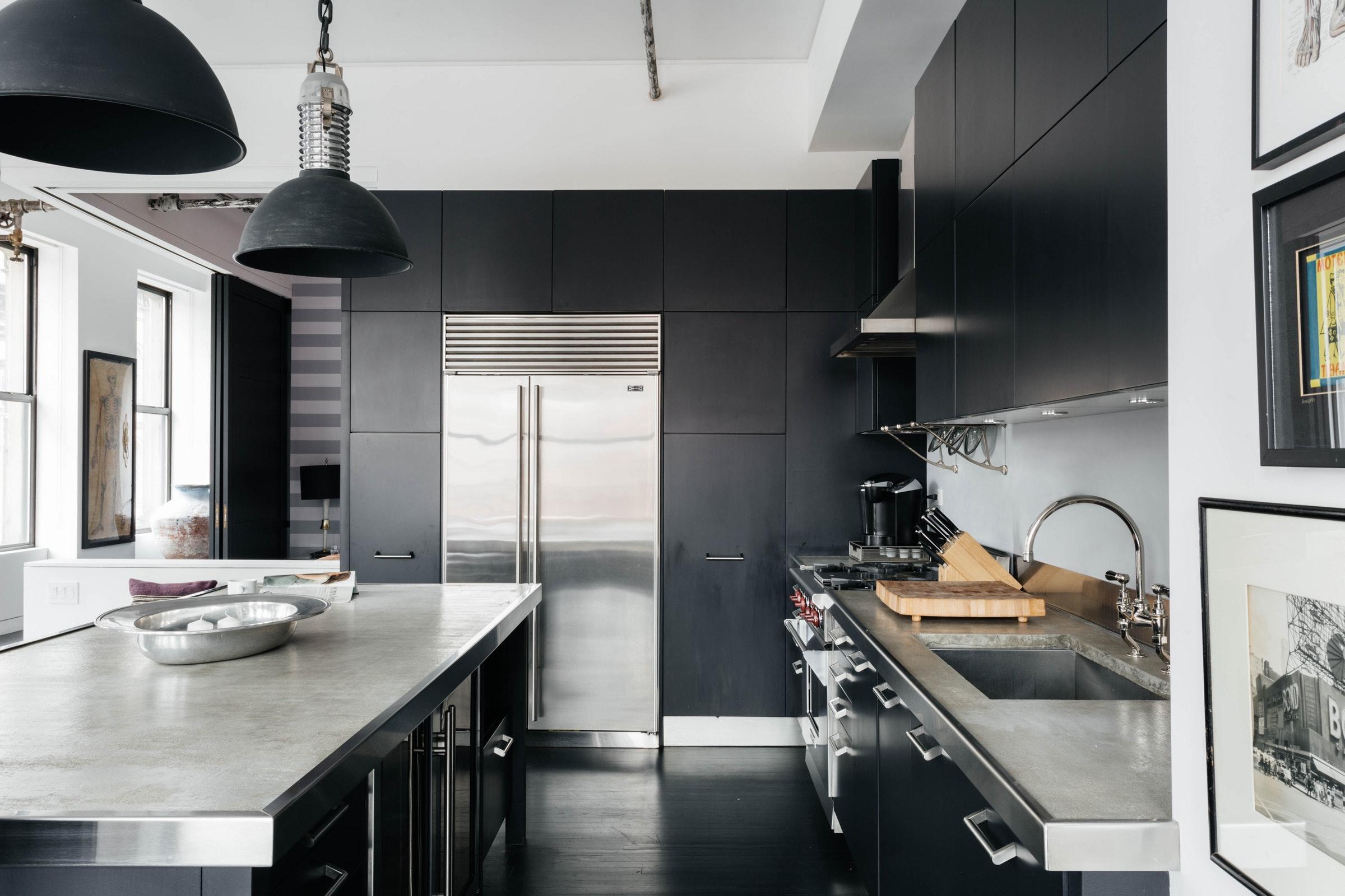 темная кухня остров столешница шкаф холодильник
