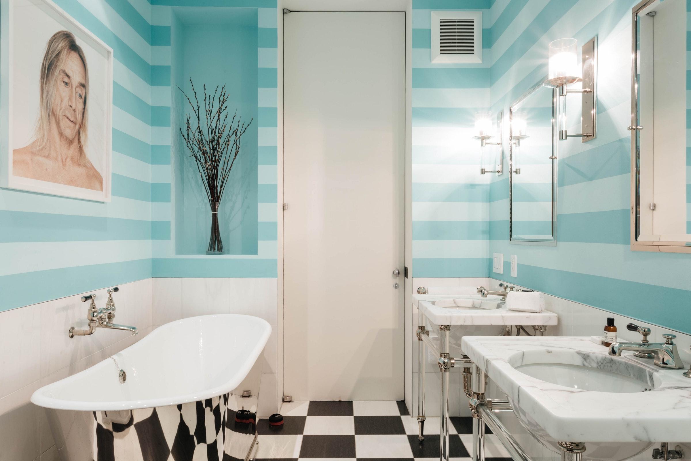 ванная комната раковина зеркало кран шахматная плитка настенные светильники