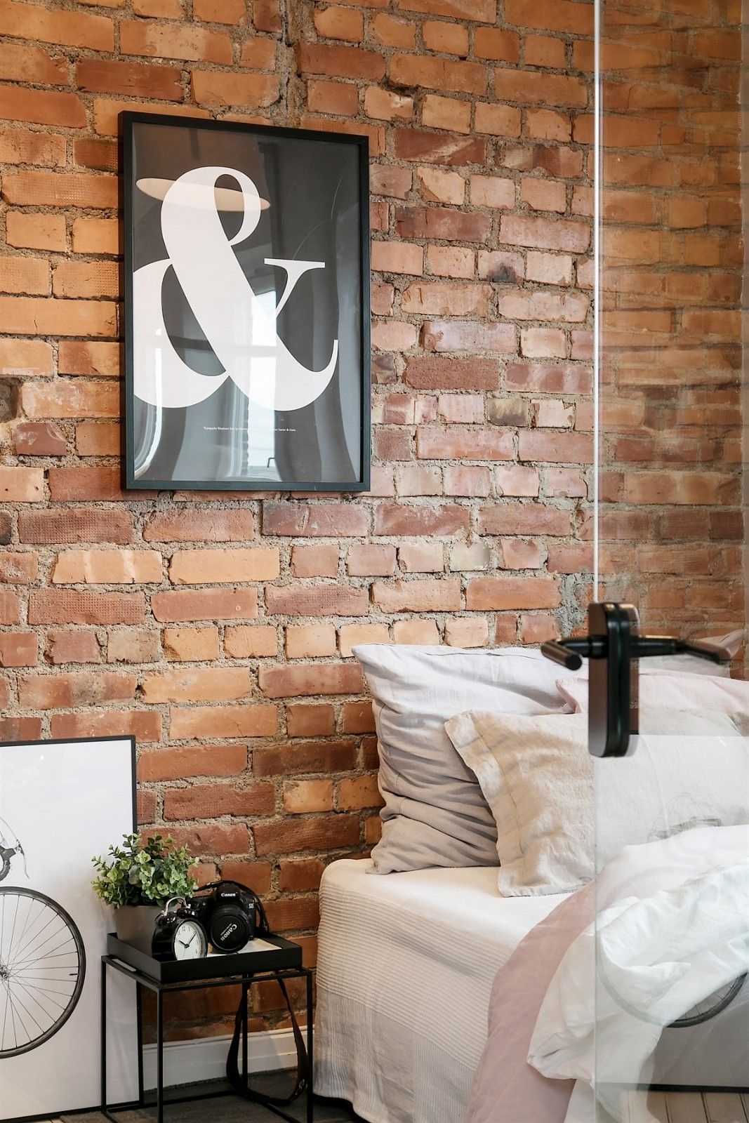 спальня стена кирпич