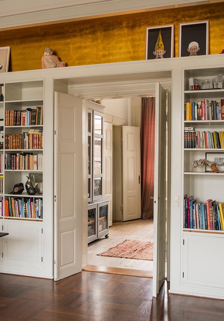 проем книжный шкаф полки