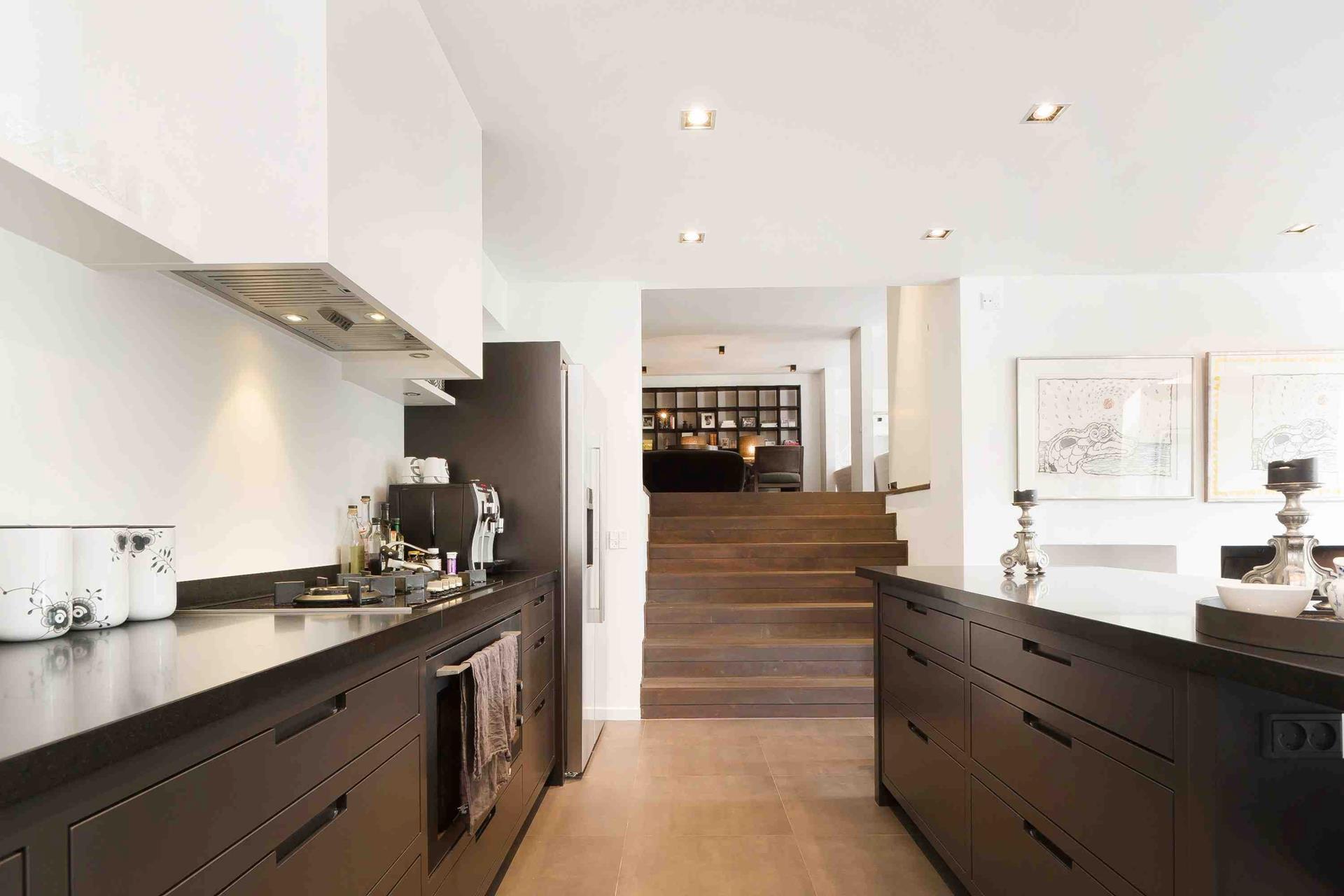 кухня кухонный остров встроенная вытяжка плита столешница