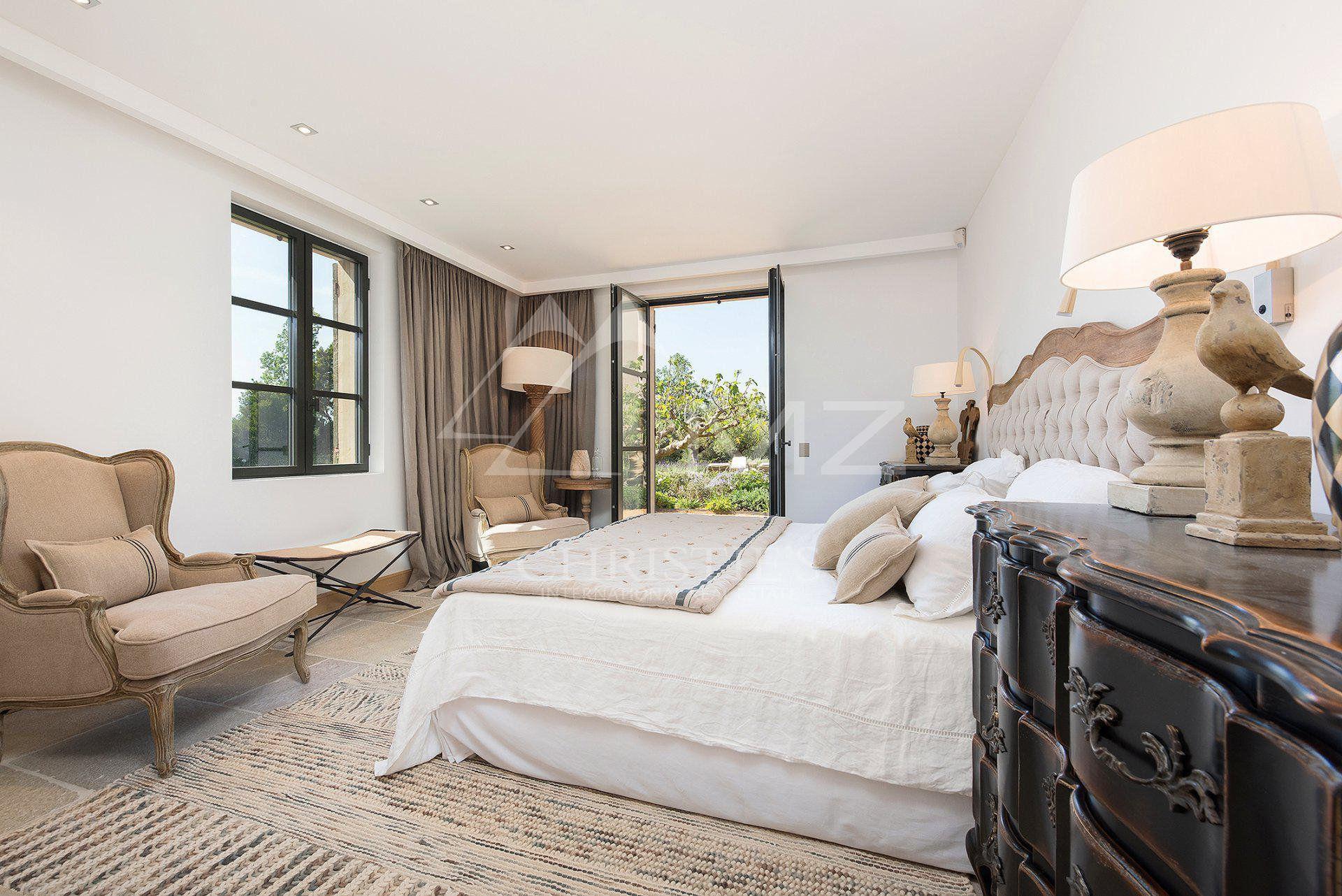 спальня кровать изголовье комод