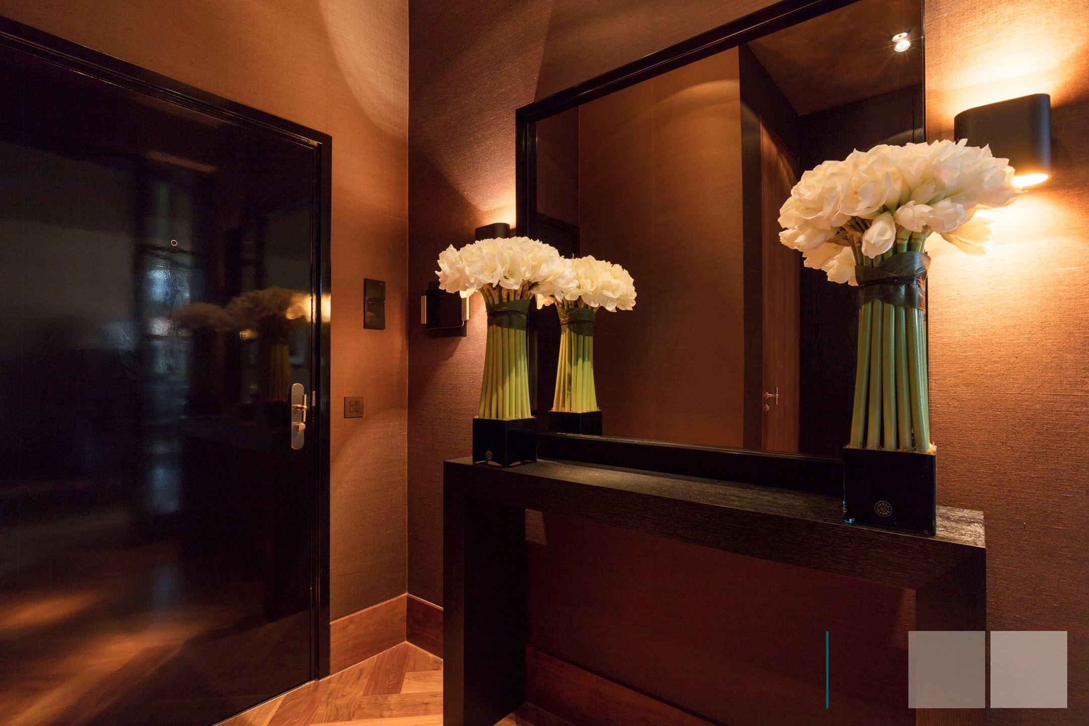 прихожая входная дверь зеркало консоль настенные светильники