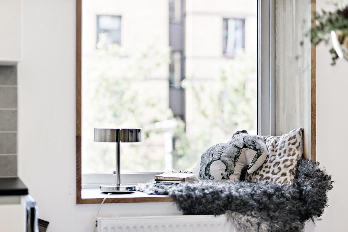 окно откосы подоконник лампа