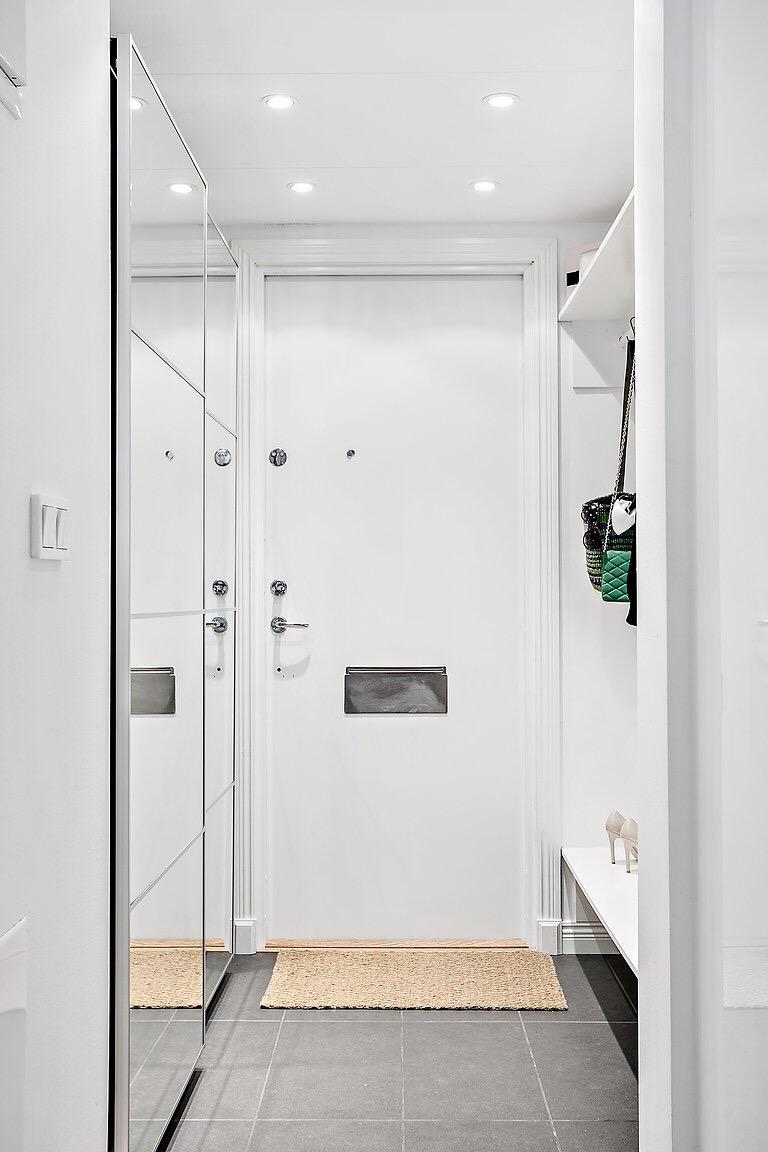 прихожая входная дверь зеркальный шкаф