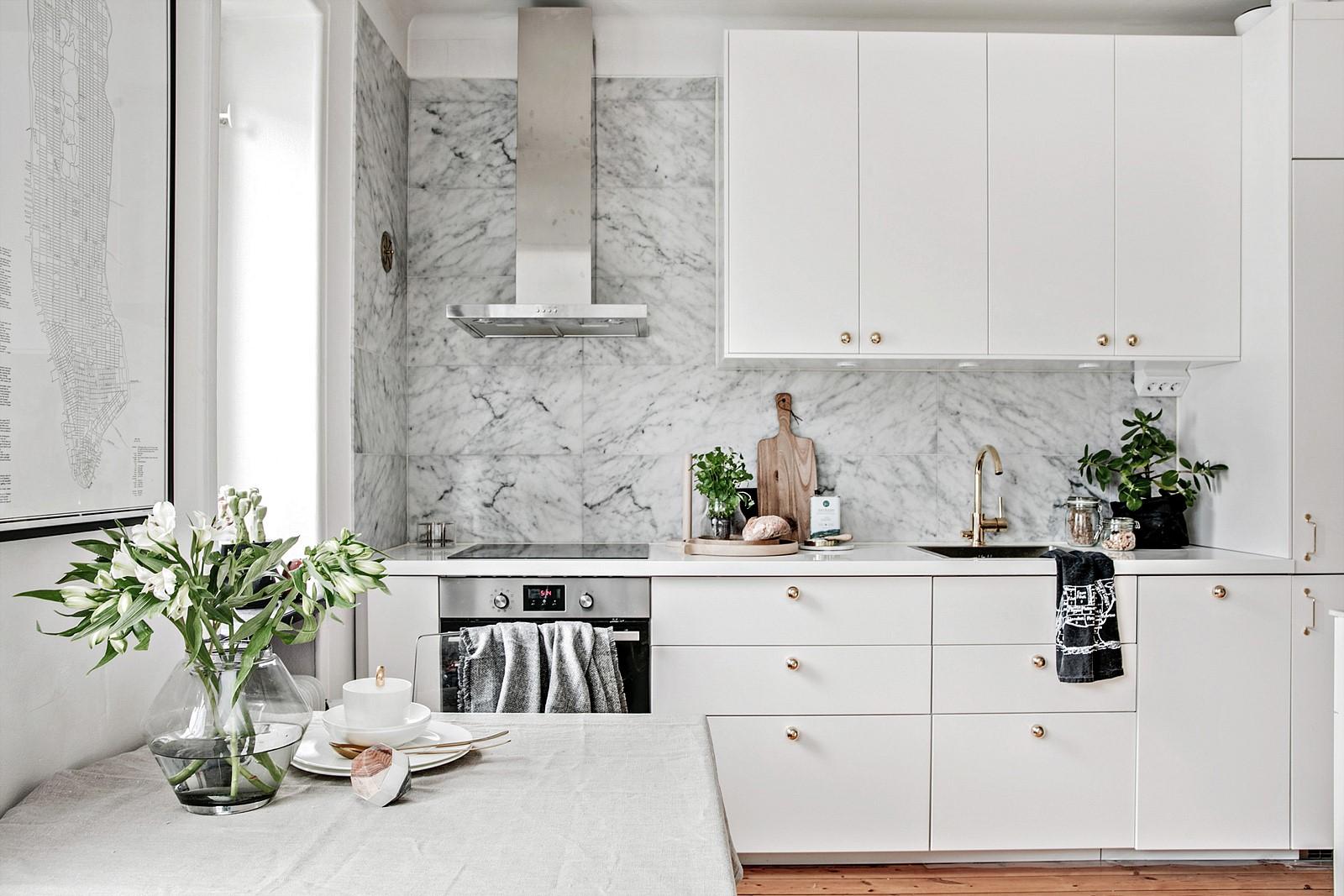 белая кухня плита вытяжка мойка