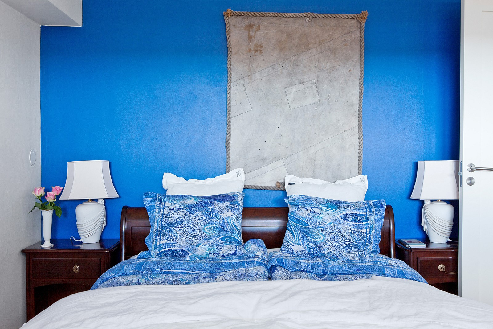 спальня кровать синий