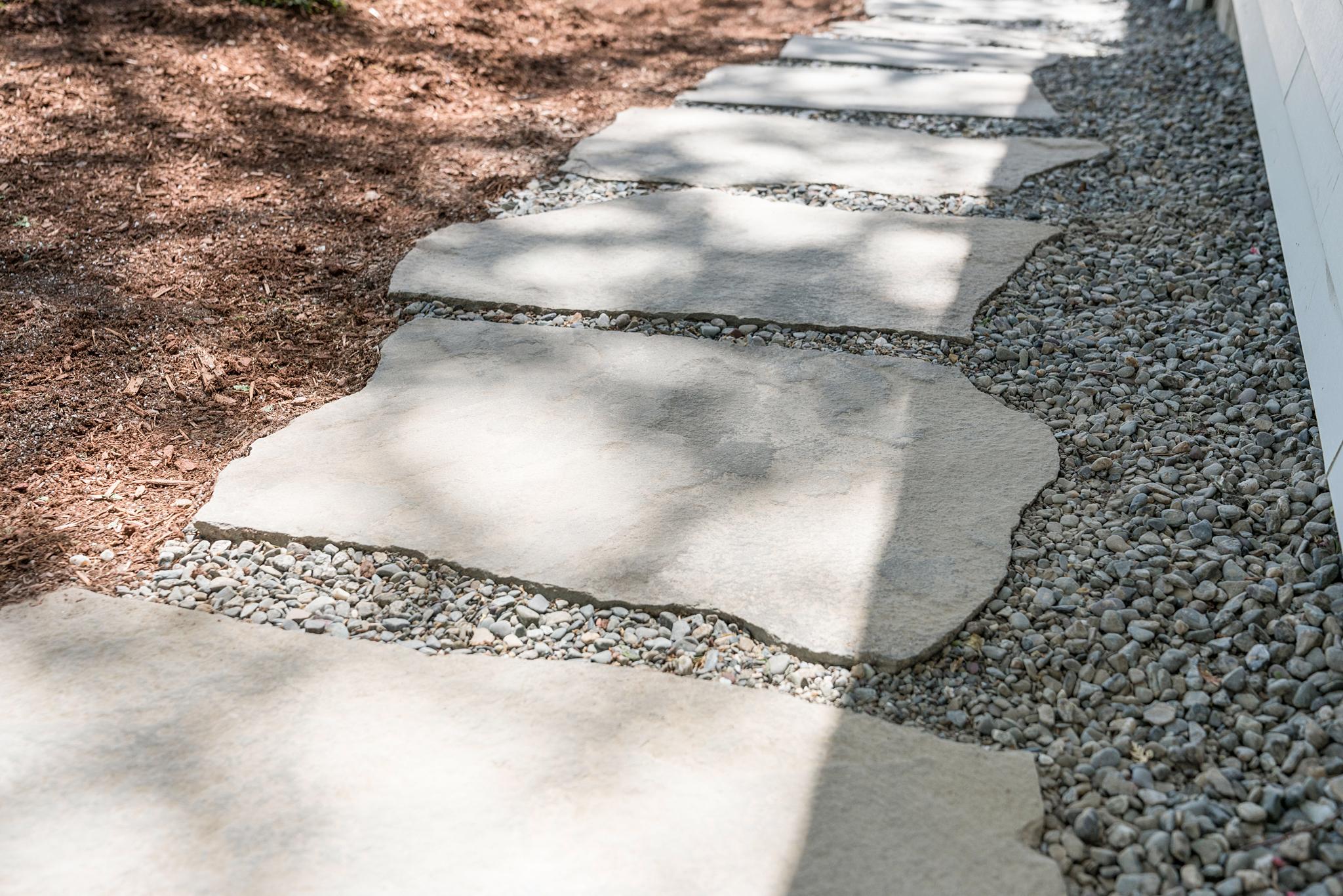 дорожка из каменных неровных плит