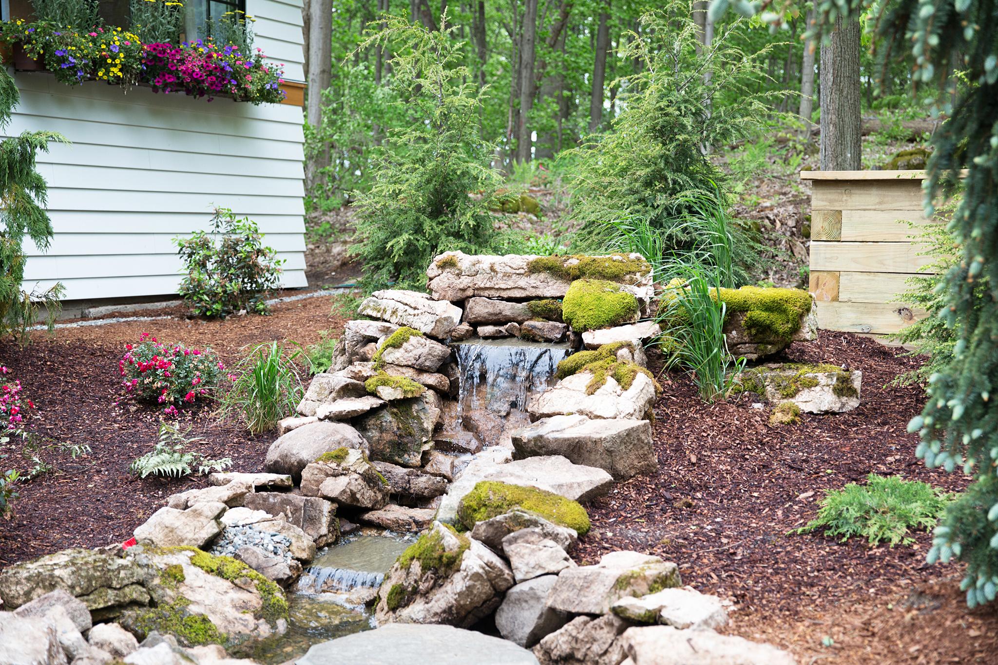 озеленение участка декоративный каменный водопад мох