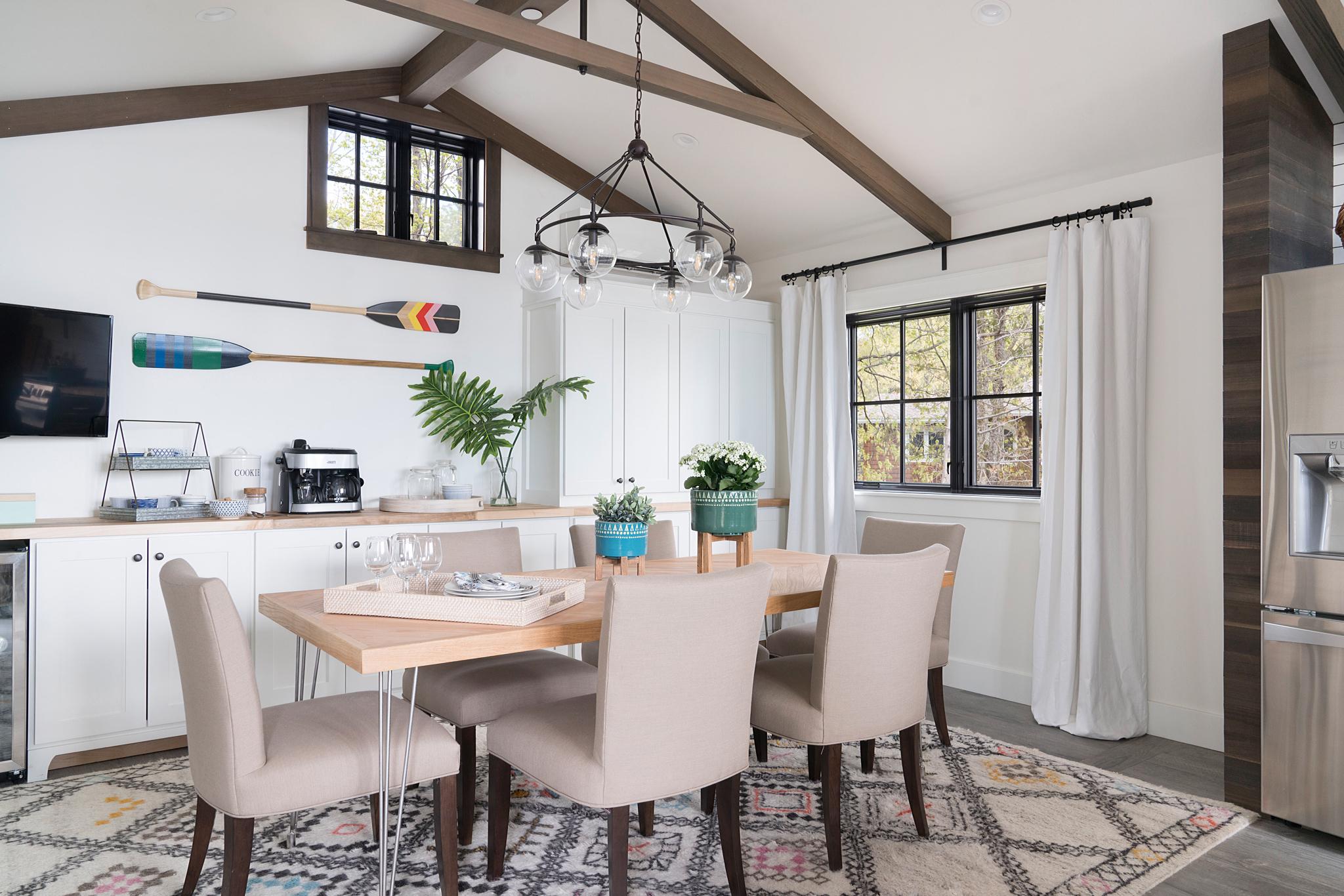 кухня столовая высокий потолок балки обеденный стол мягкие стулья