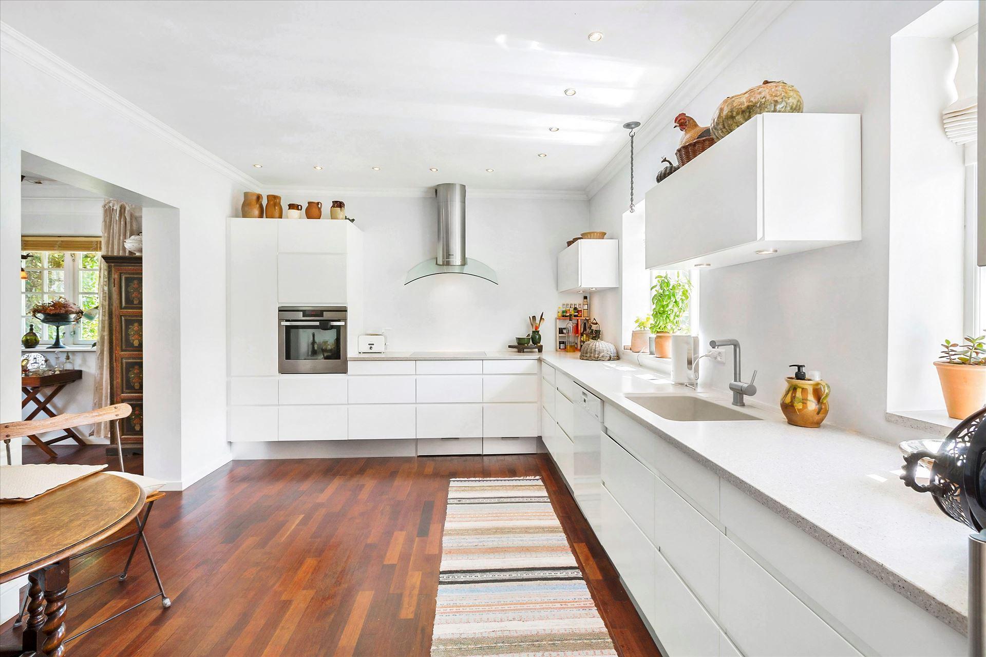 белая кухня шкаф вытяжка плита