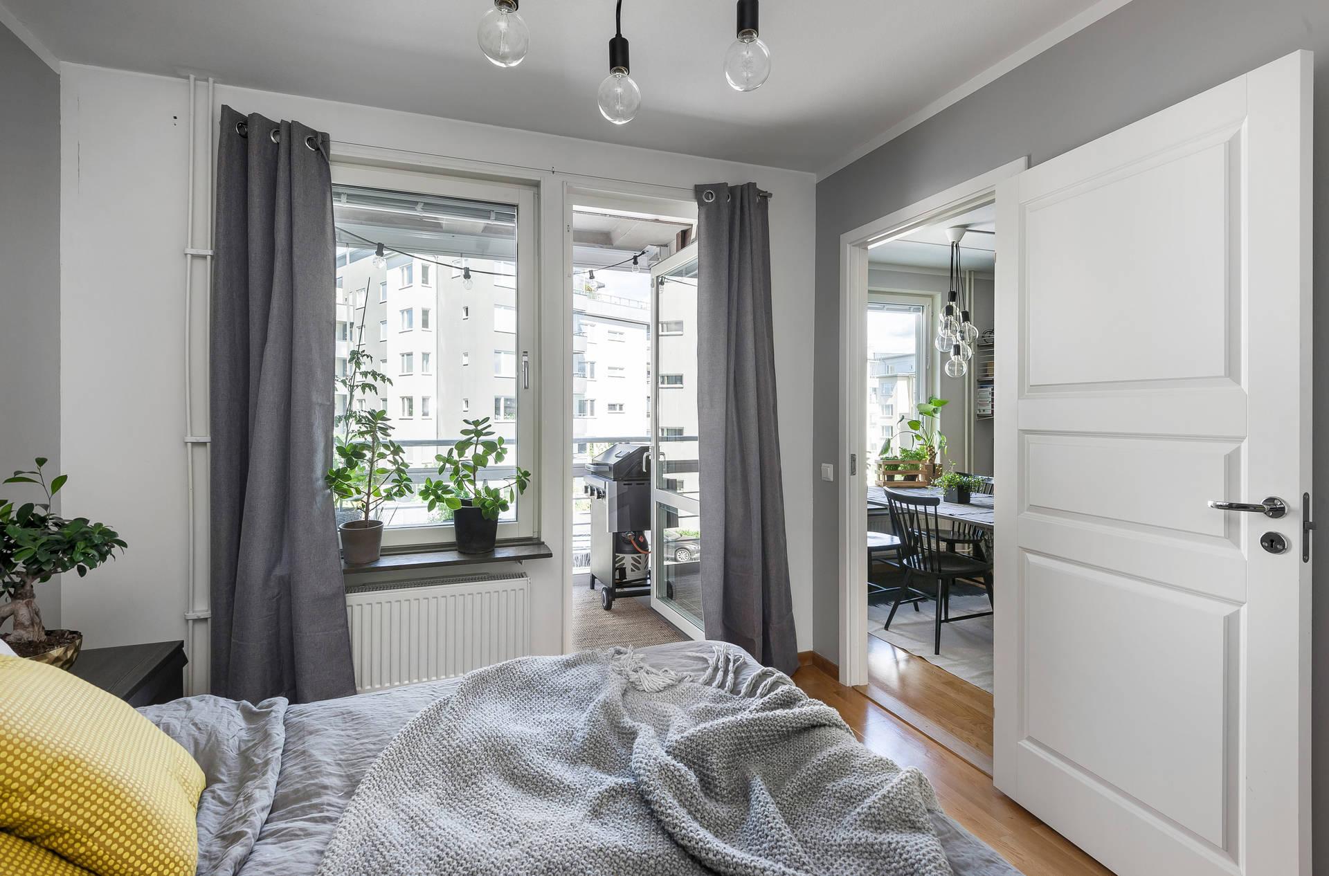 спальня окно выход на балкон дверь
