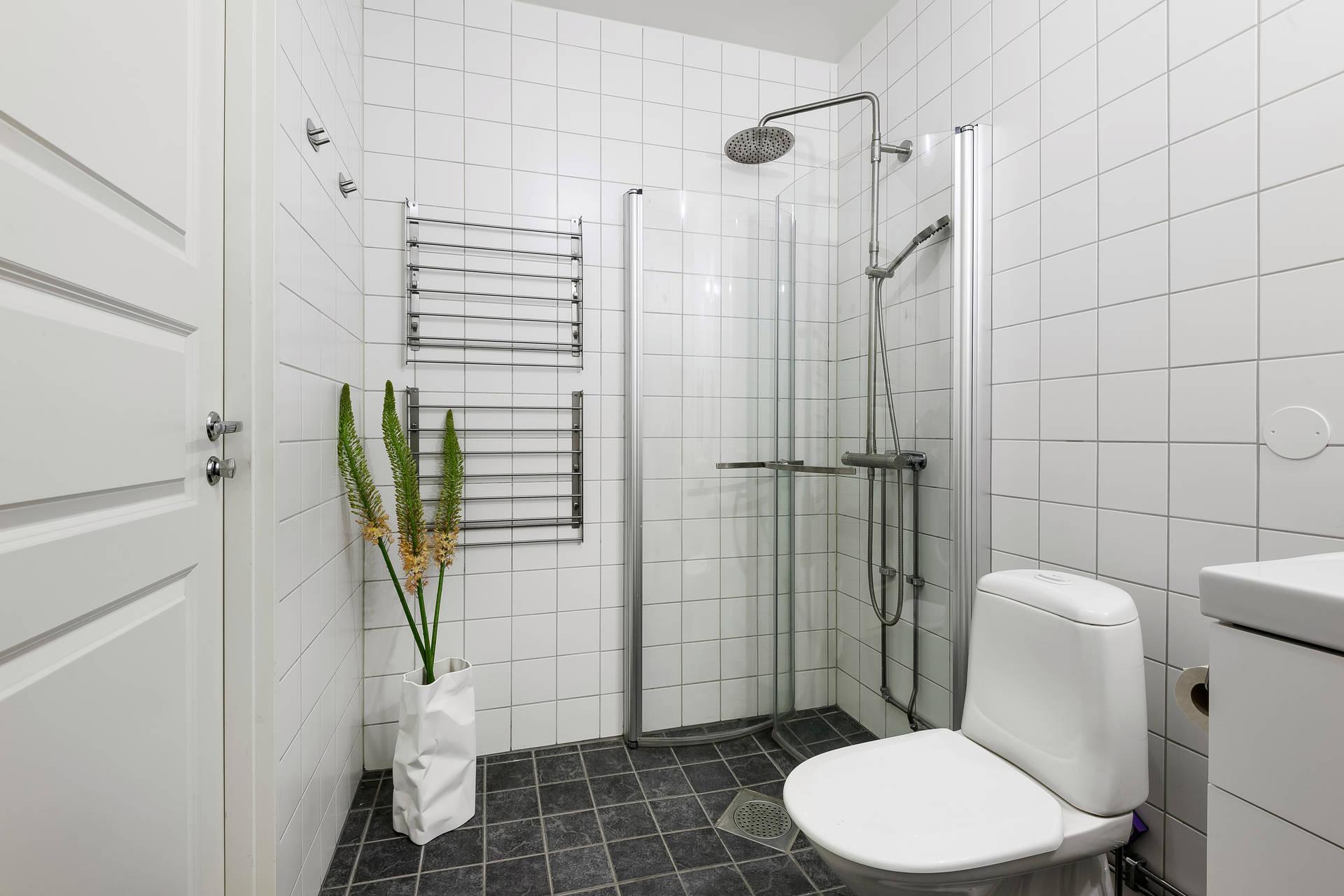санузел душ белая плитка полотенцесушитель