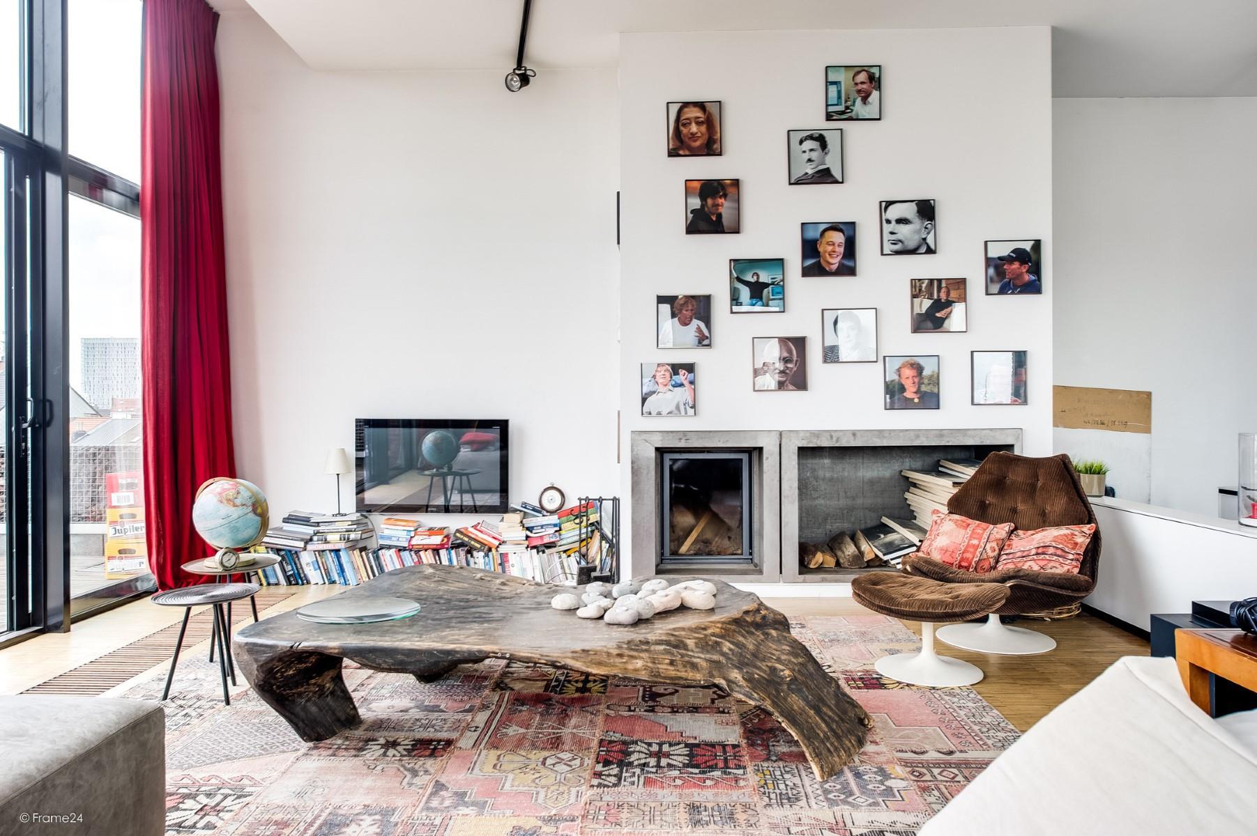 гостиная камин дрова телевизор журнальный стол ковер глобус