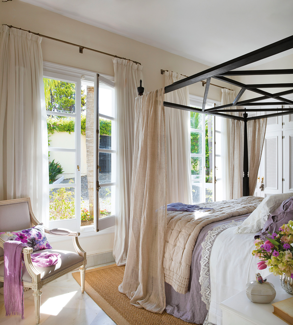 спальня кровать балдахин кресло