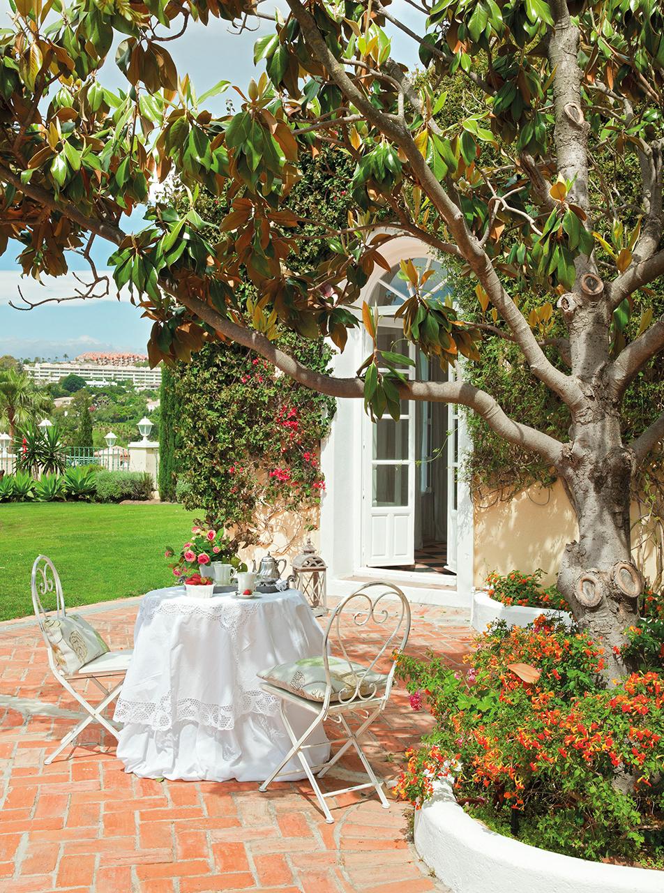 отмостка кирпич газон садовая мебель клумба