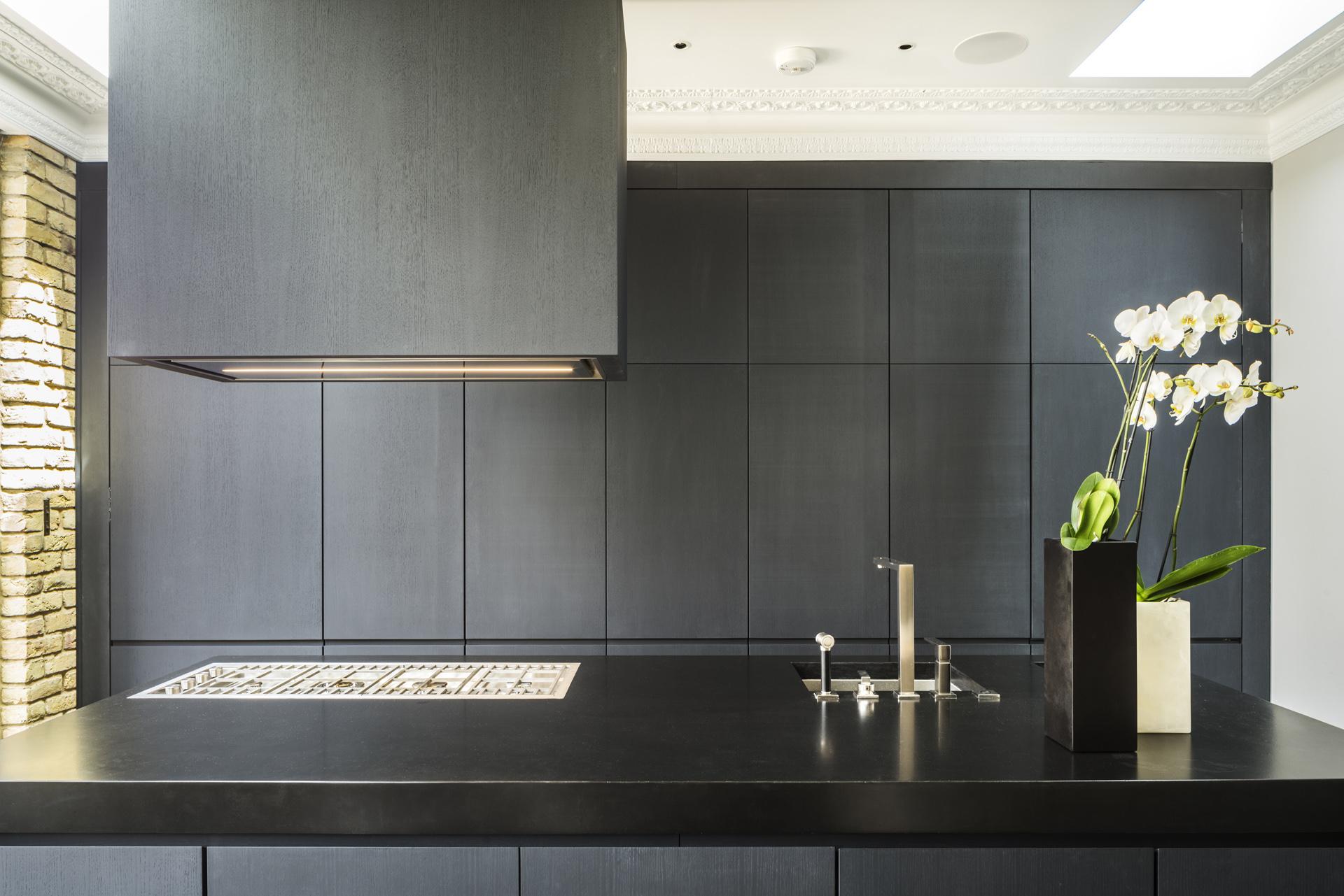 кухня лепнина  кухонный остров плита вытяжка мойка смеситель
