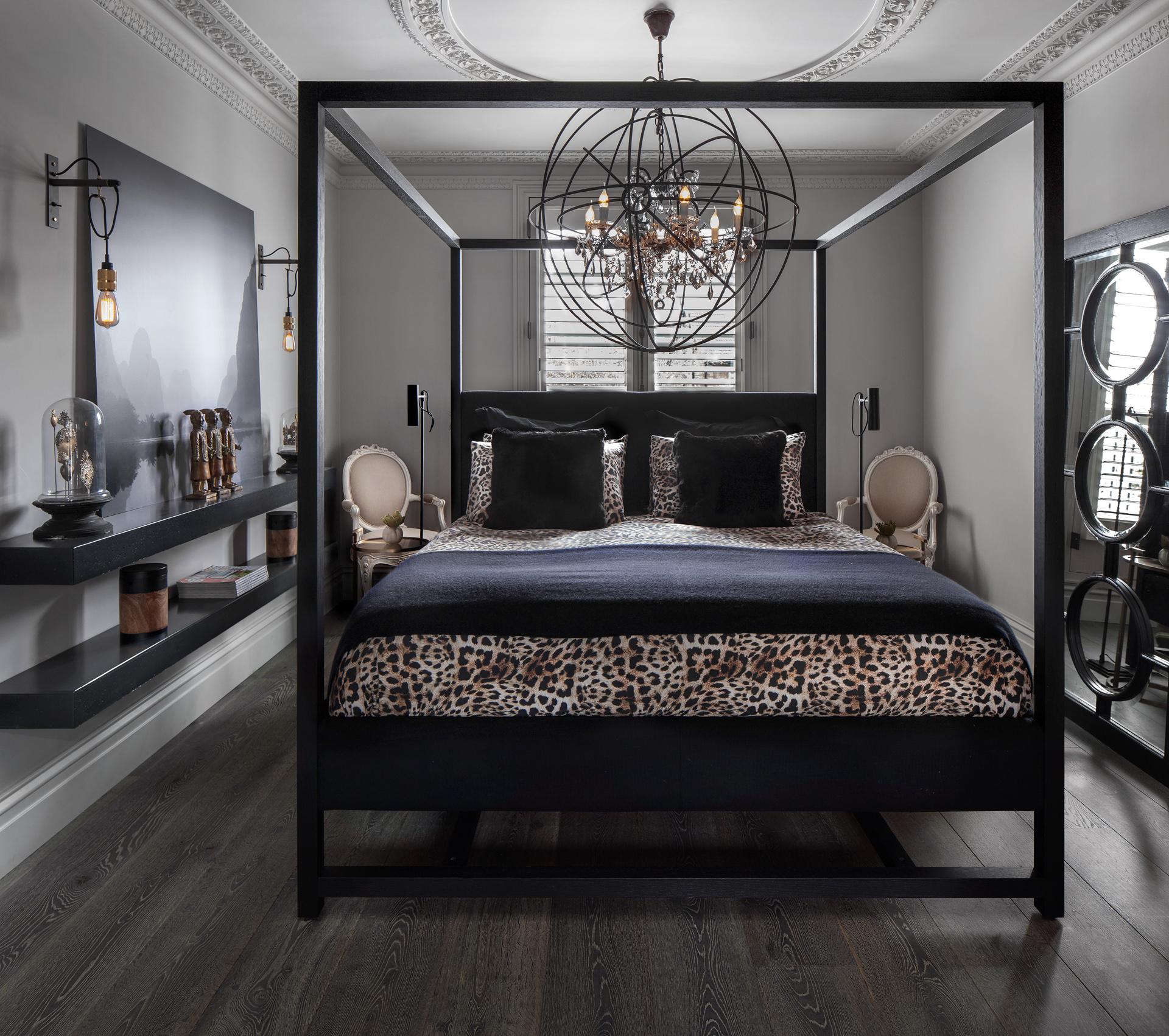 спальня лепнина кровать балдахин люстра  потолок молдинги