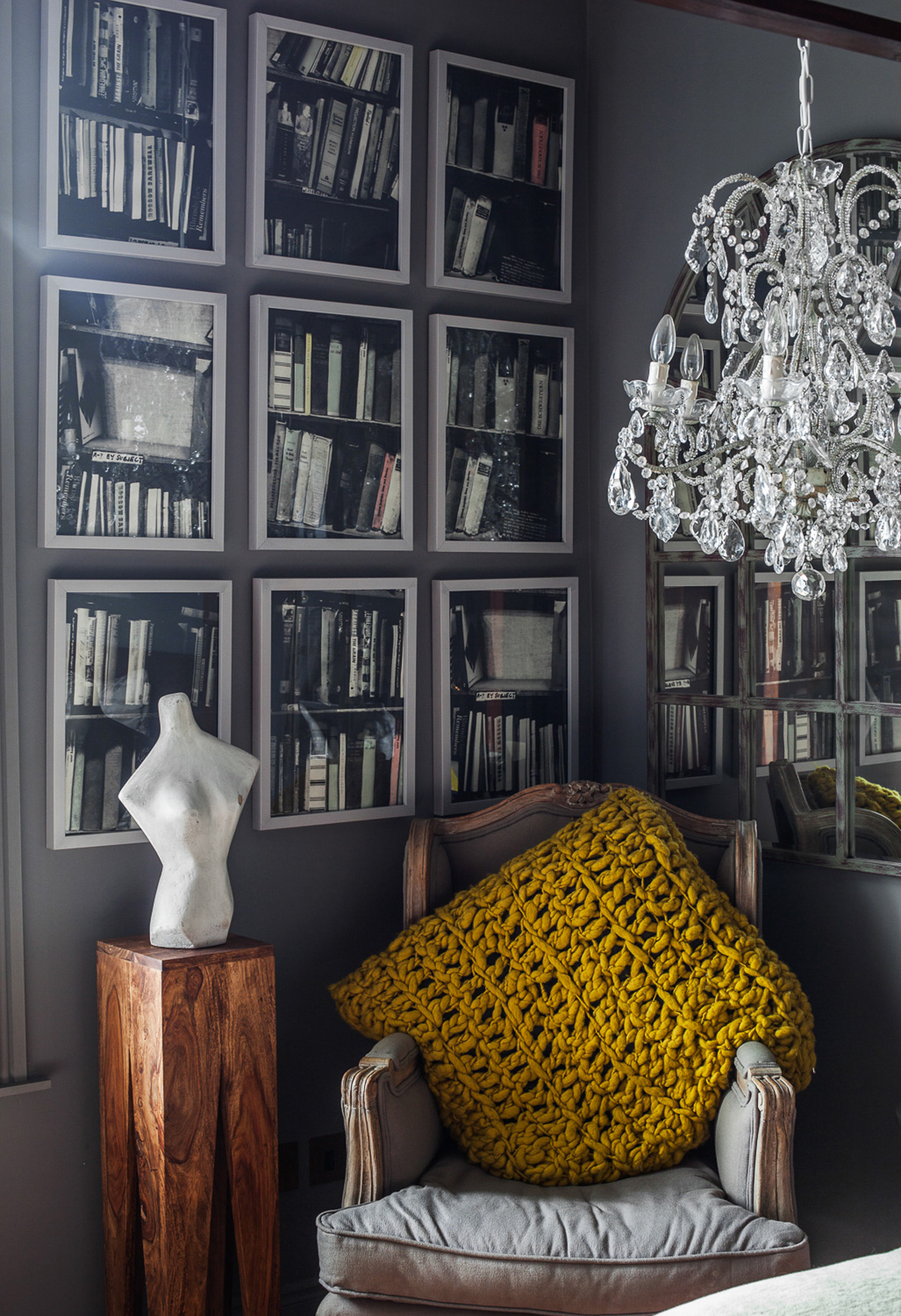 хрустальная люстра зеркало кресло стена картины