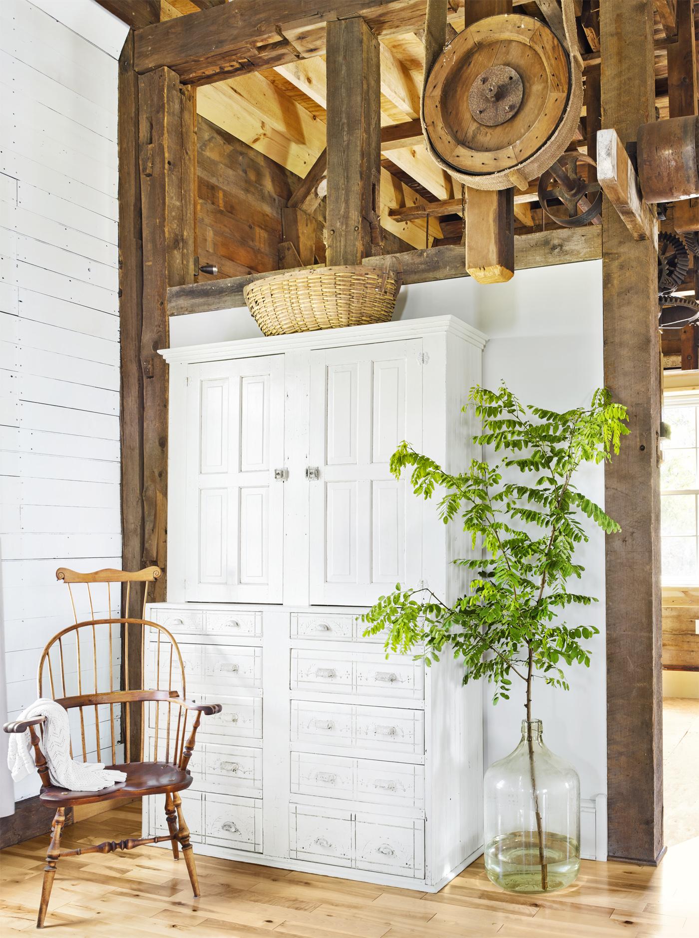 высокий потолок балки дерево шкаф комнатное растение