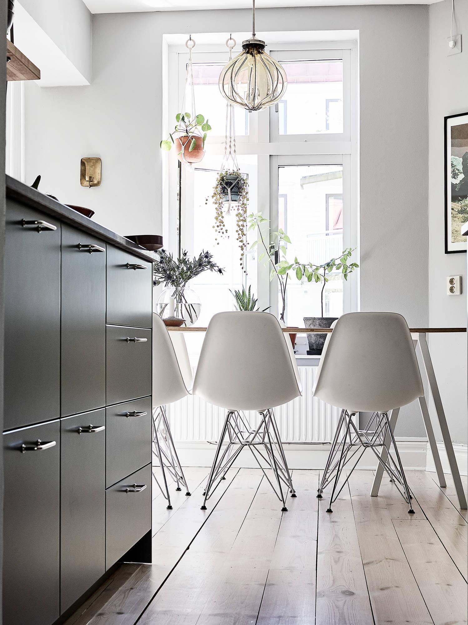 кухня стол стулья окно