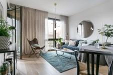 гостиная диван зеркало кресло выход на балкон