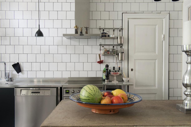 кухня белая плитка плита вытяжка