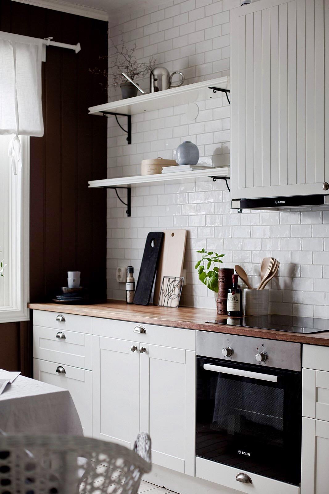 кухня полки плита встроенная вытяжка столешница плитка кабанчик ретро окно