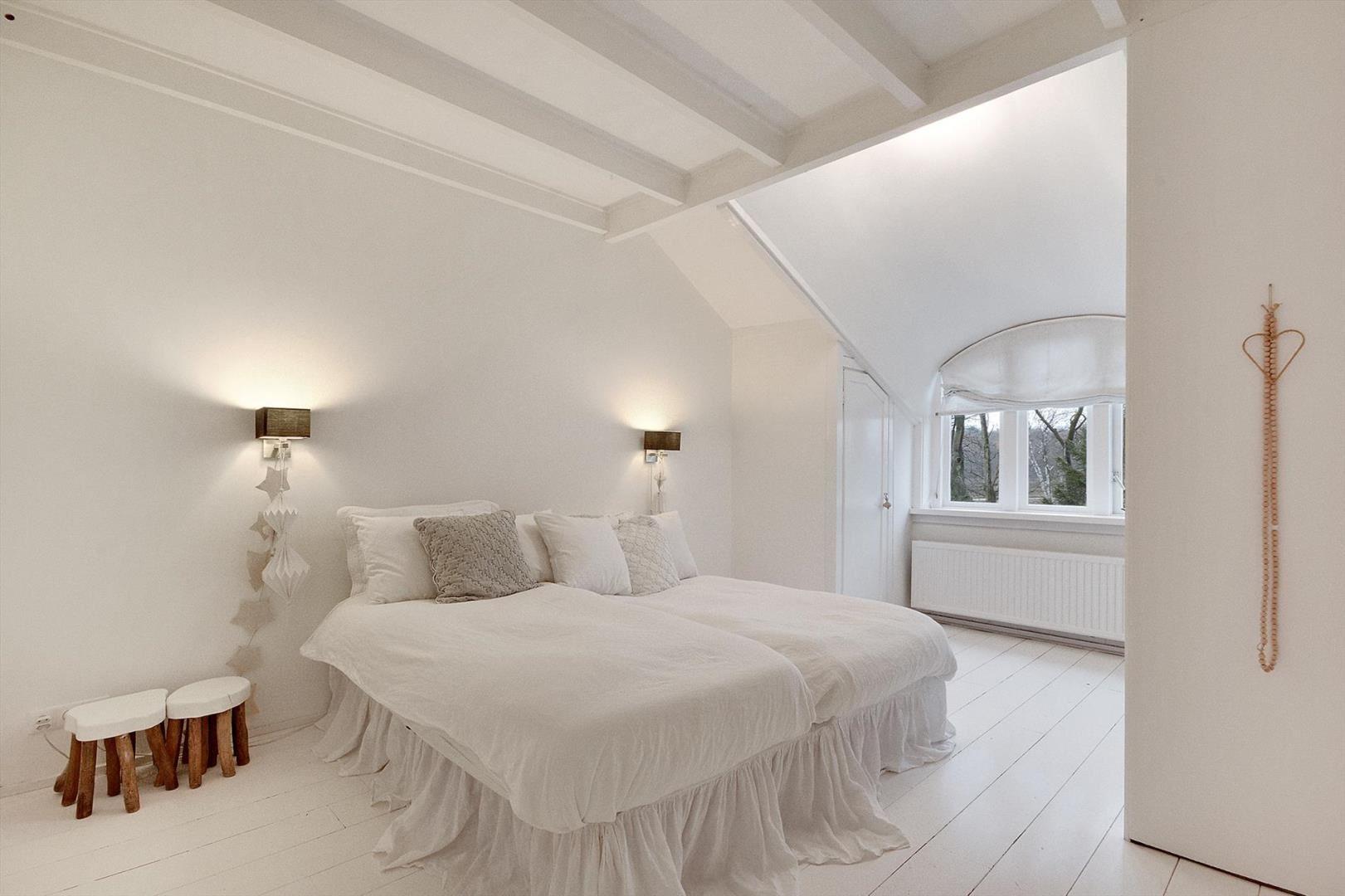 спальня кровать настенные светильники