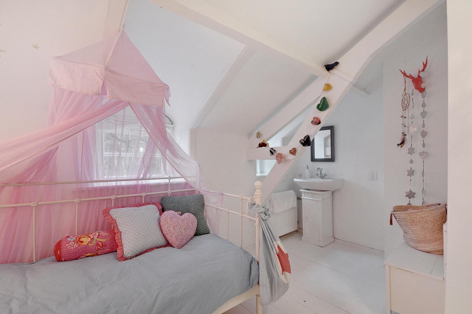 детская спальня кровать окно балдахин