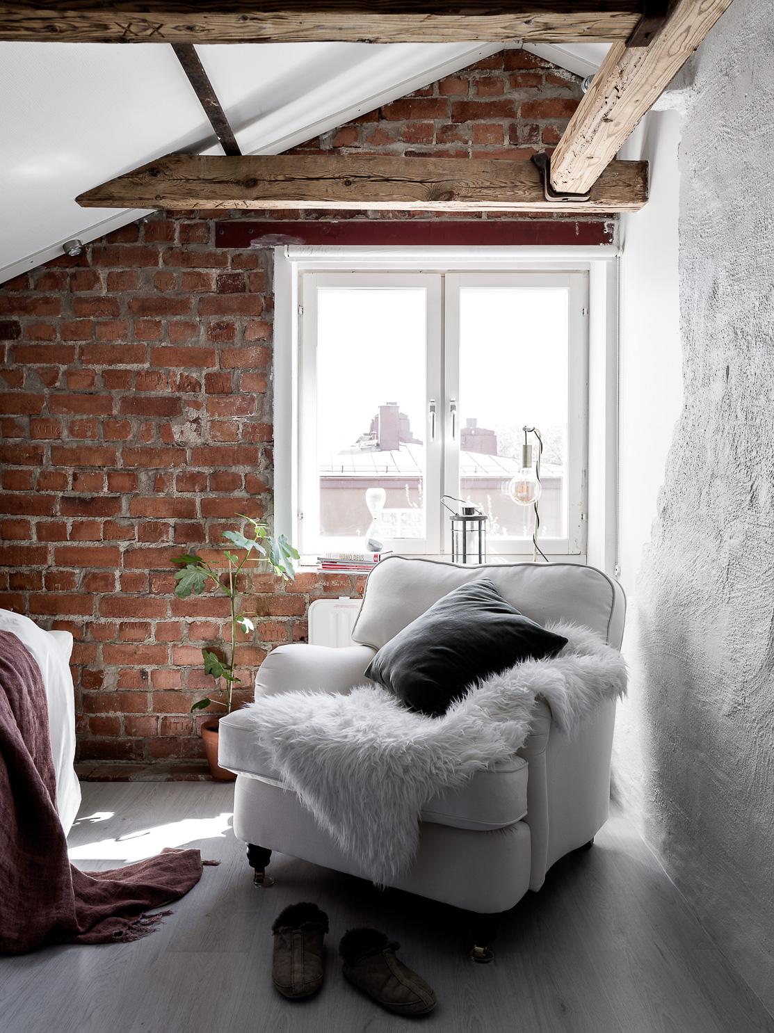 мансарда спальня окно кресло шкура балки