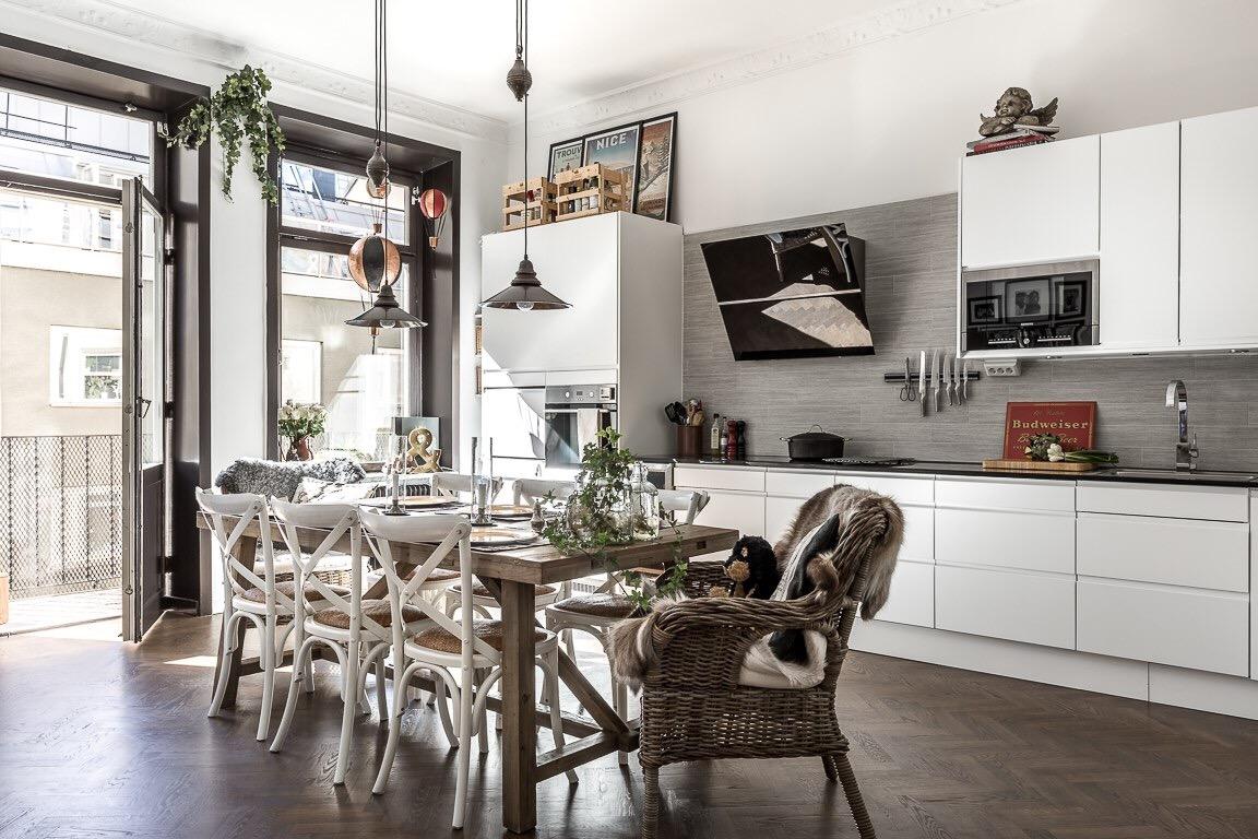 белая кухня стол стулья лампы
