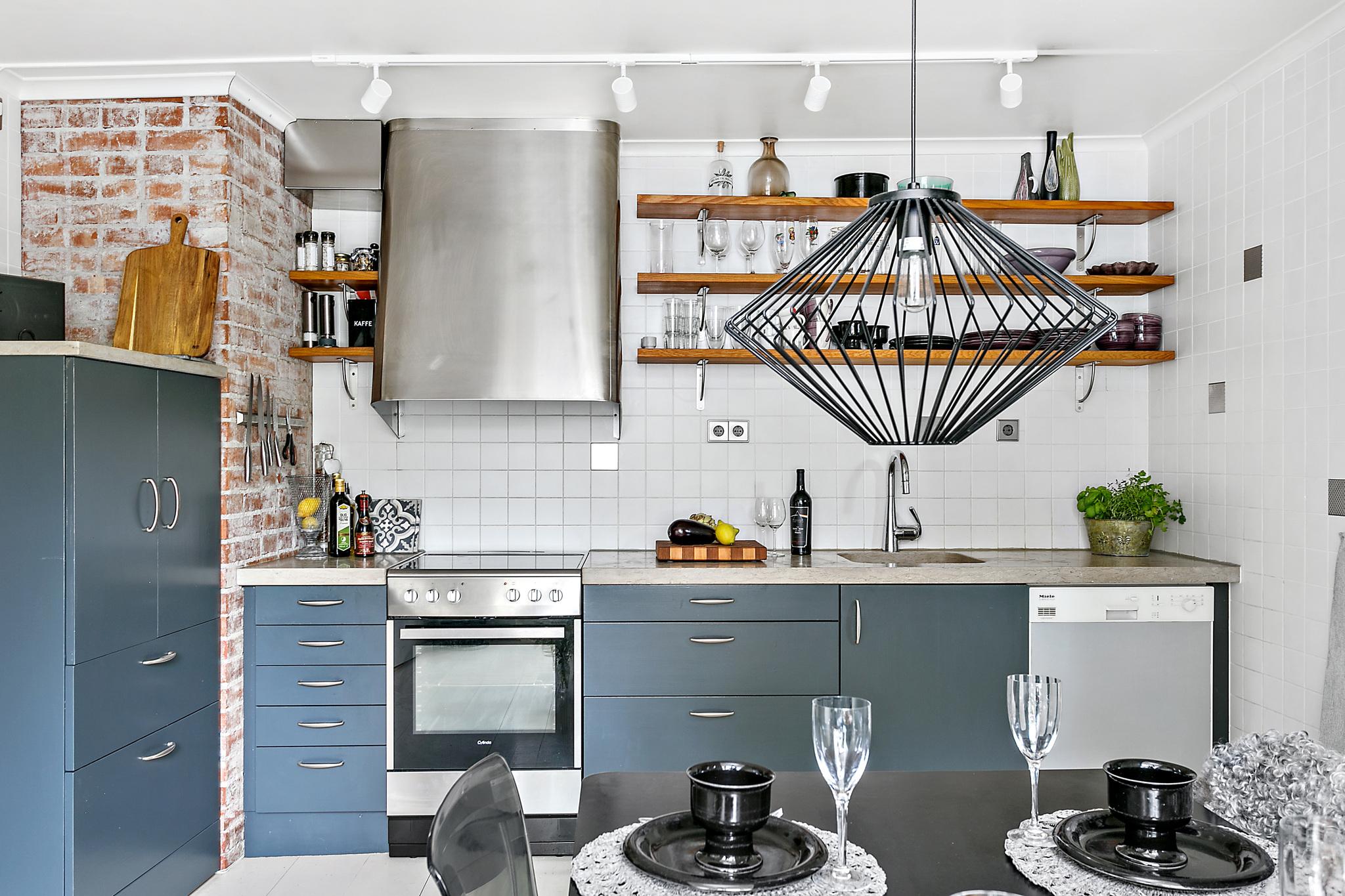 кухня кирпич белая плитка полки лампа вытяжка плита мойка