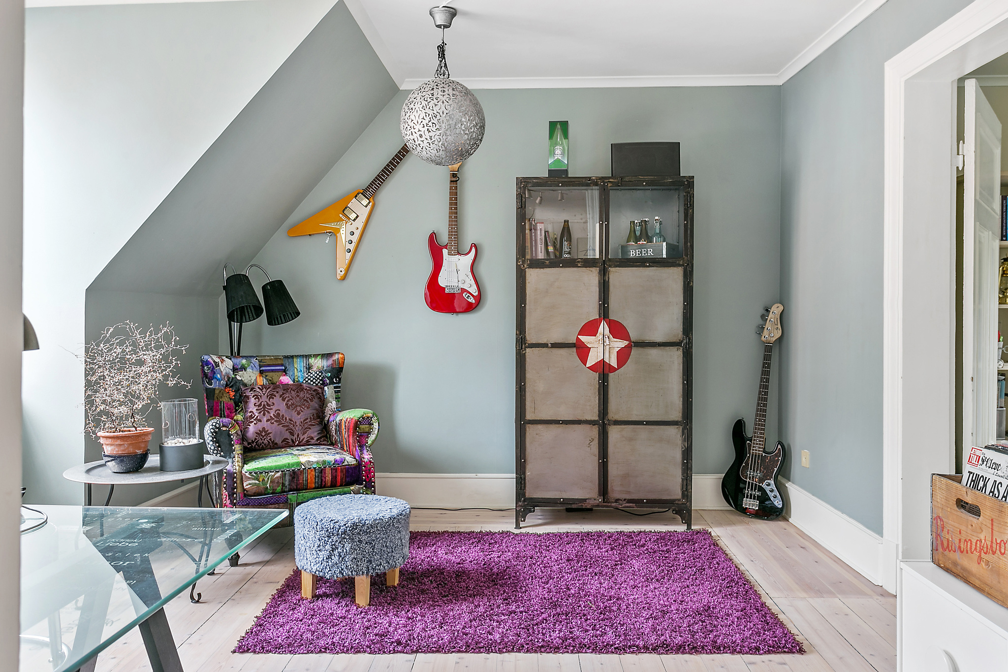 детская комната кресло пэчворк ковер шкаф гитары мансарда