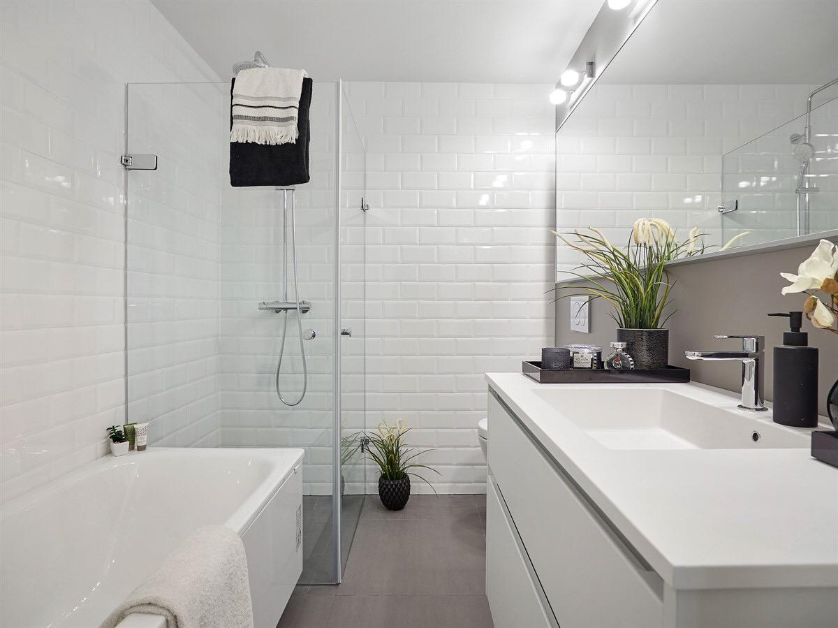 ванная комната ванна душ раковина зеркало плитка кабанчик